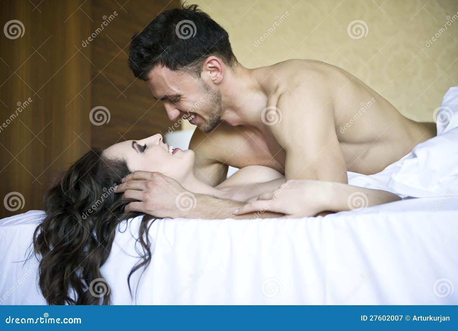 Фото обнаженной пары в постели 5 фотография