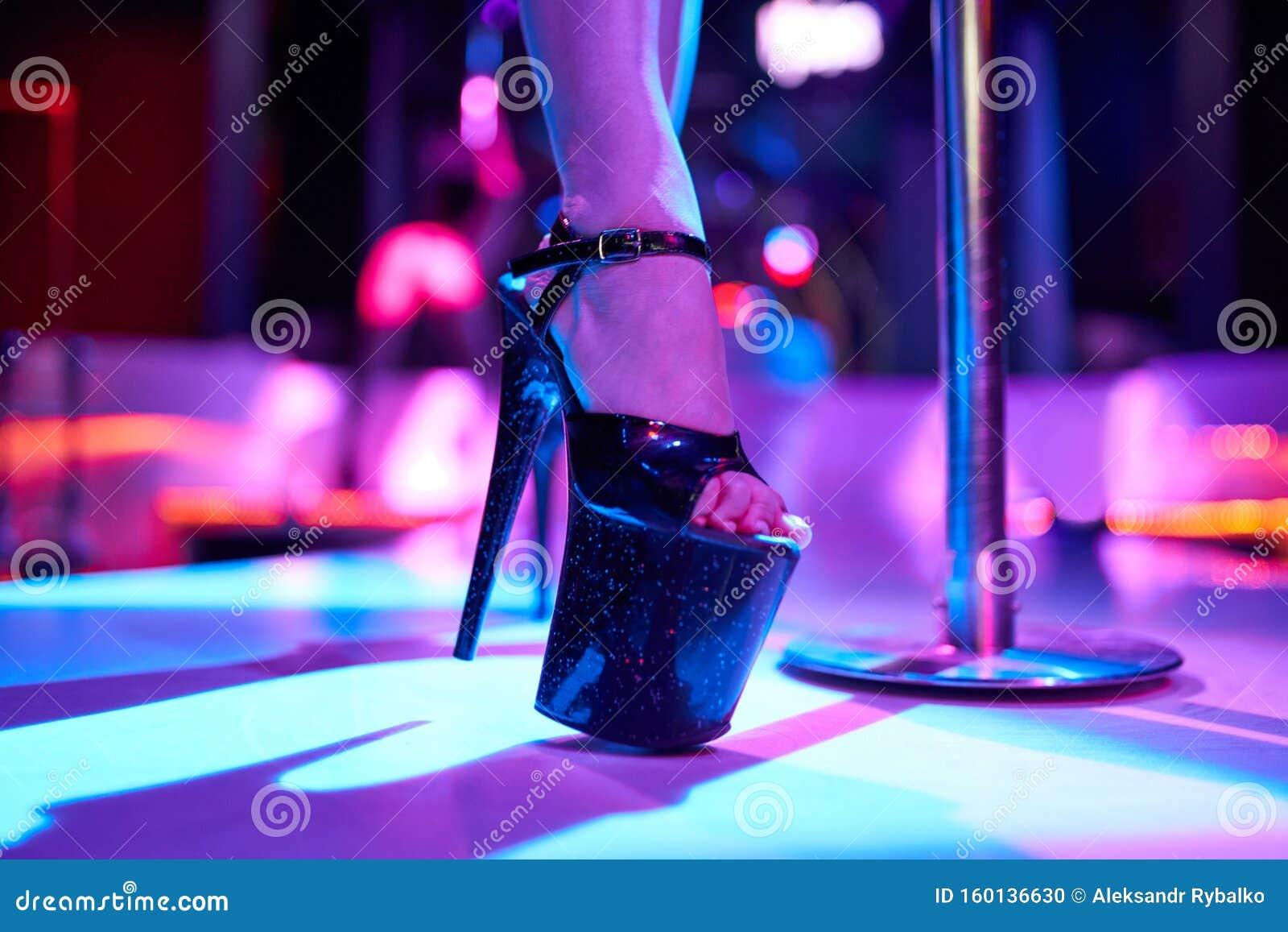 Девочка в стриптиз клубе фитнес клуб румянцево москва