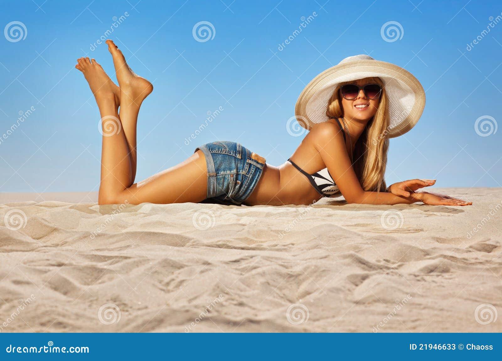 Фото девушек на пляже в очках 21 фотография