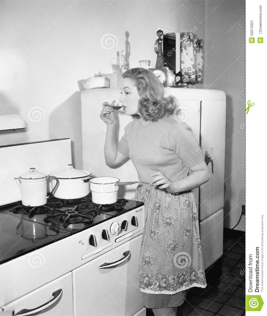 Retro Woman In Kitchen: Vintage Woman With Cooking Pot Cartoon Vector