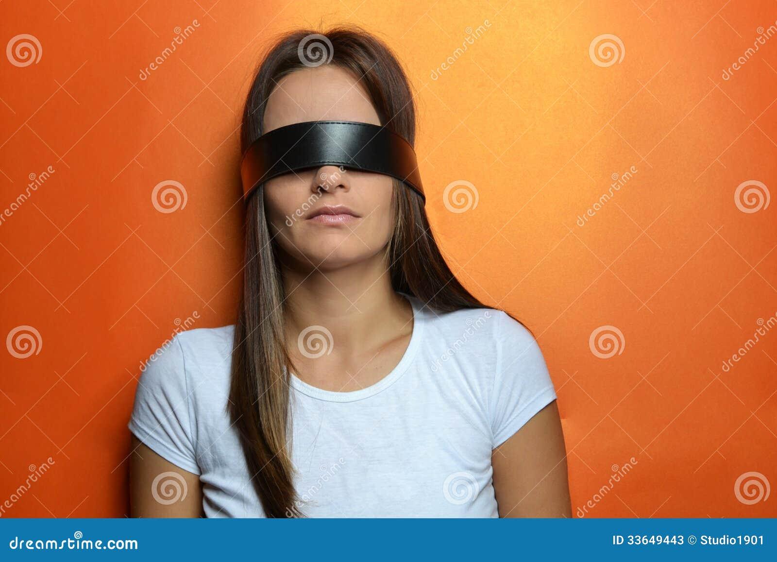 У девушки завязаны глаза, Тонкости занятия любовью с завязанными 30 фотография