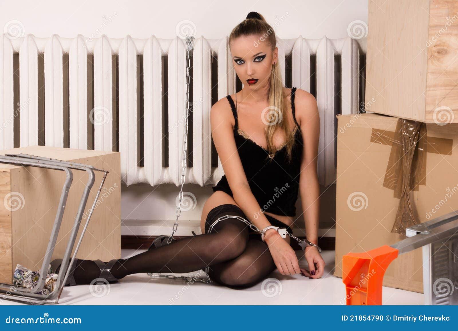 Фото девушки прикованной к кровати наручниками 15 фотография