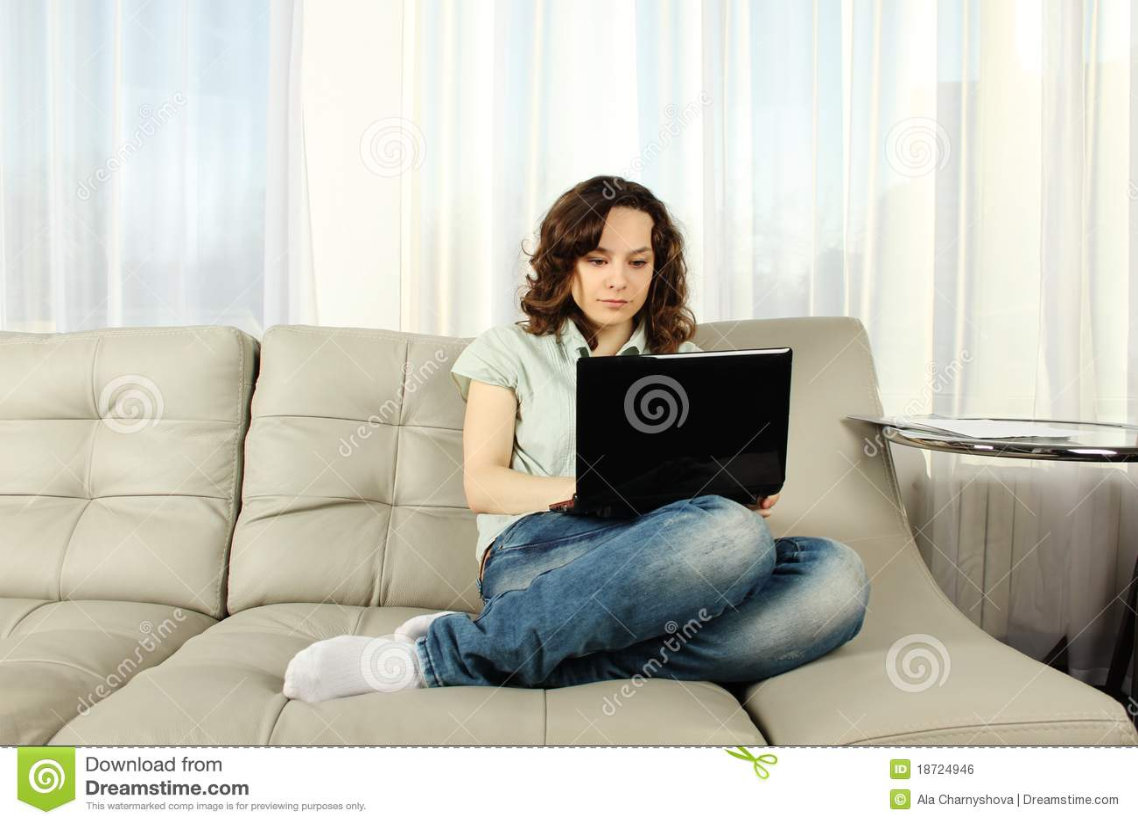 Сидя дома на диване для взрослых 10 фотография