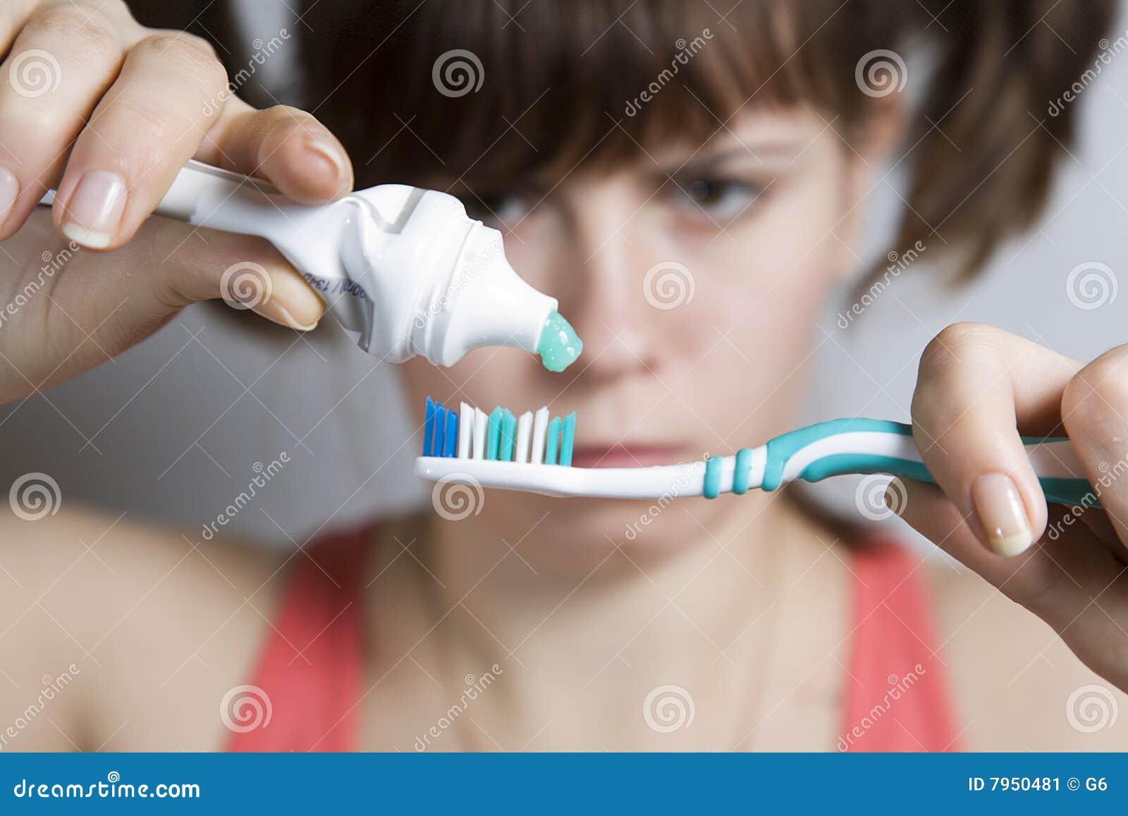 Транс чистит зубы 5 фотография