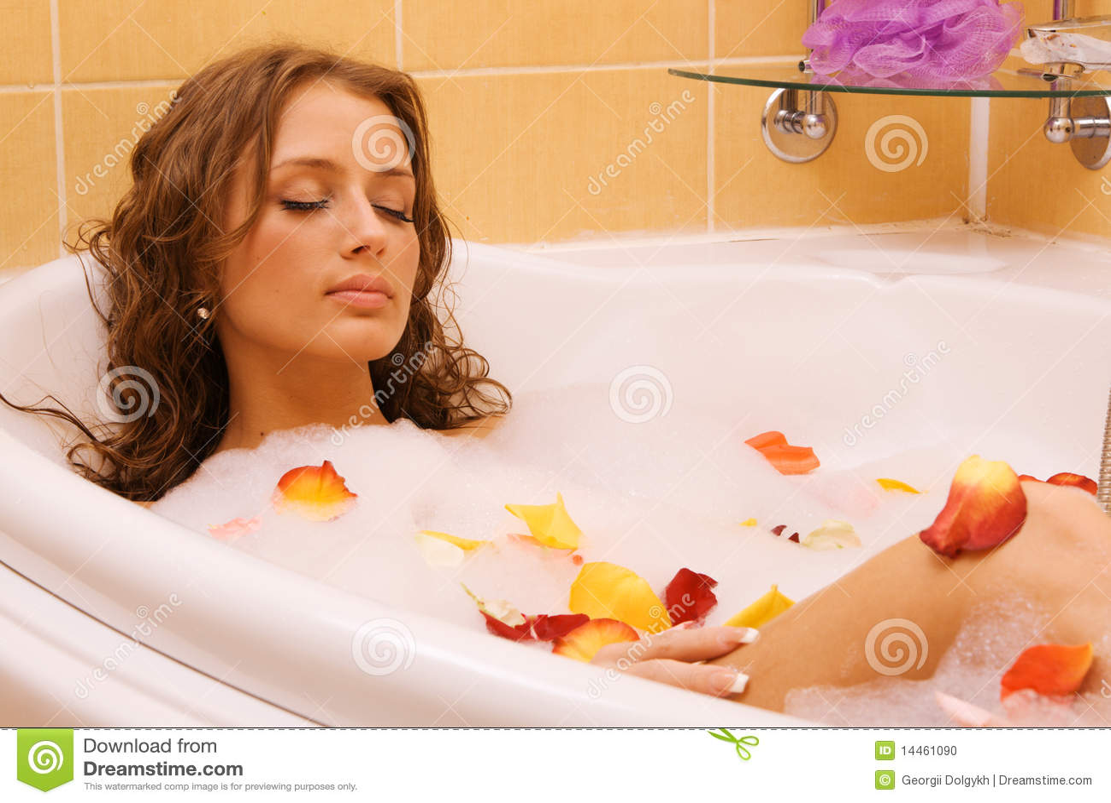 Девушка в ванной играет фото