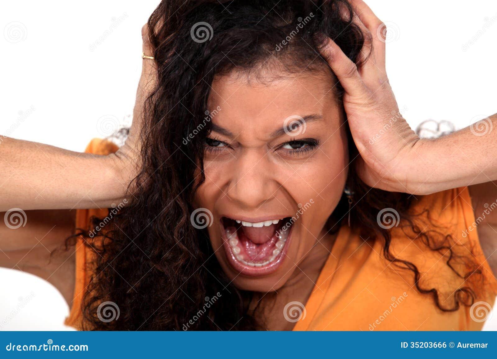 Молодая девушка громко кричит от анального секса