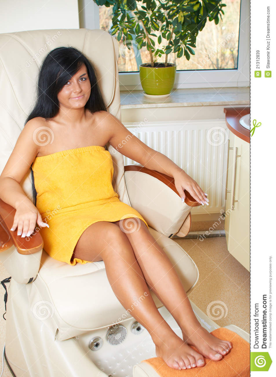 Young woman in spa royalty free stock images image 21312839 for Salon younga