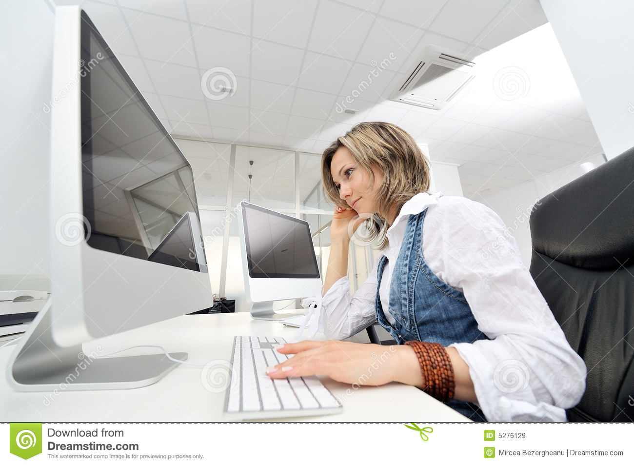 young-woman-working-office-5276129.jpg