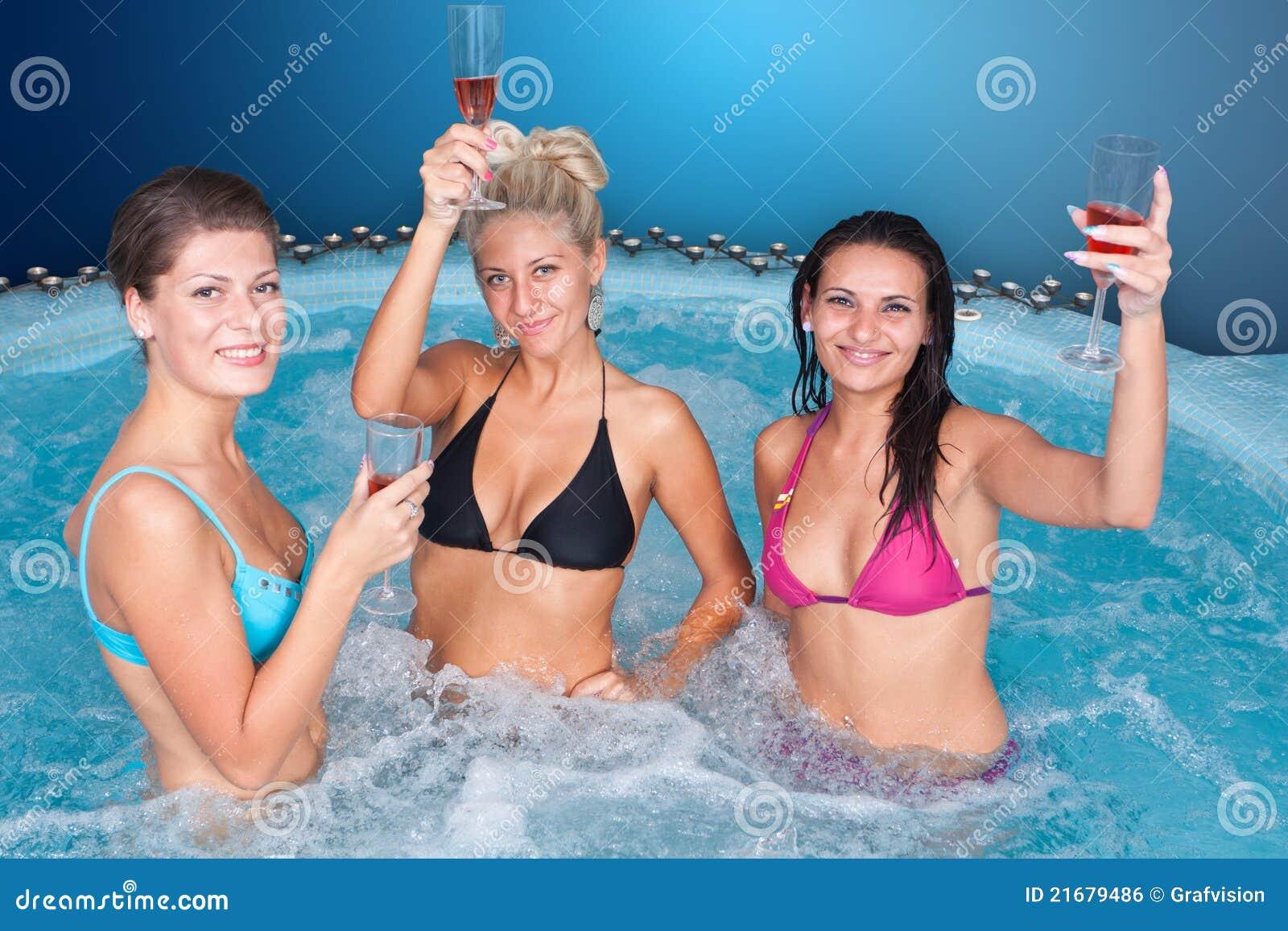Скрытые фото девушек в бассейне