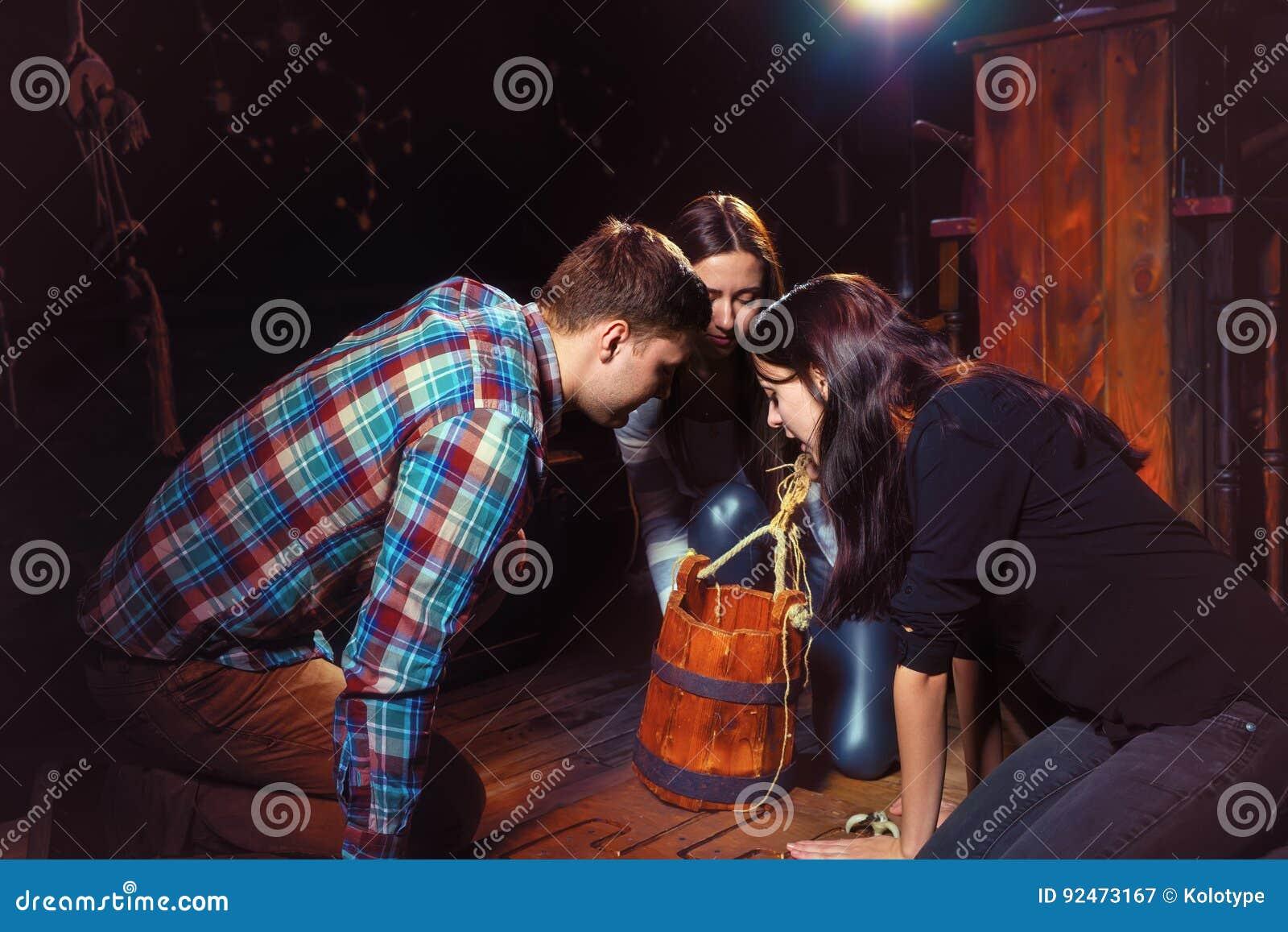 Younth die in de emmer op zoek naar raadseloplossing kijken aan