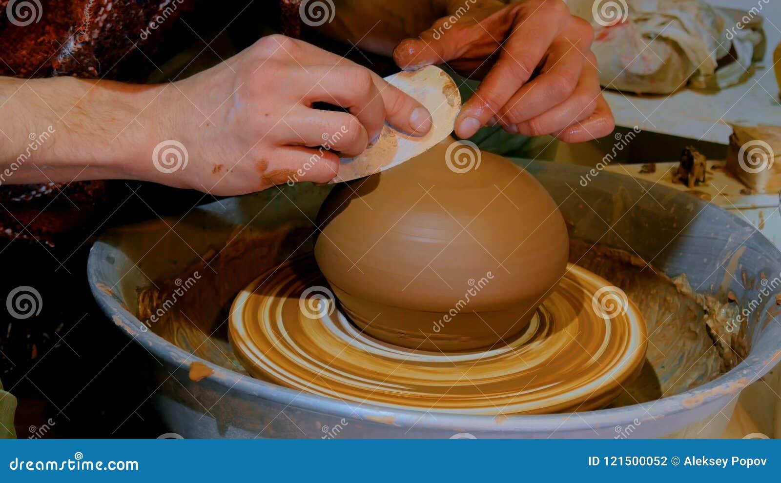 Yrkesmässig manlig keramiker som arbetar i seminarium