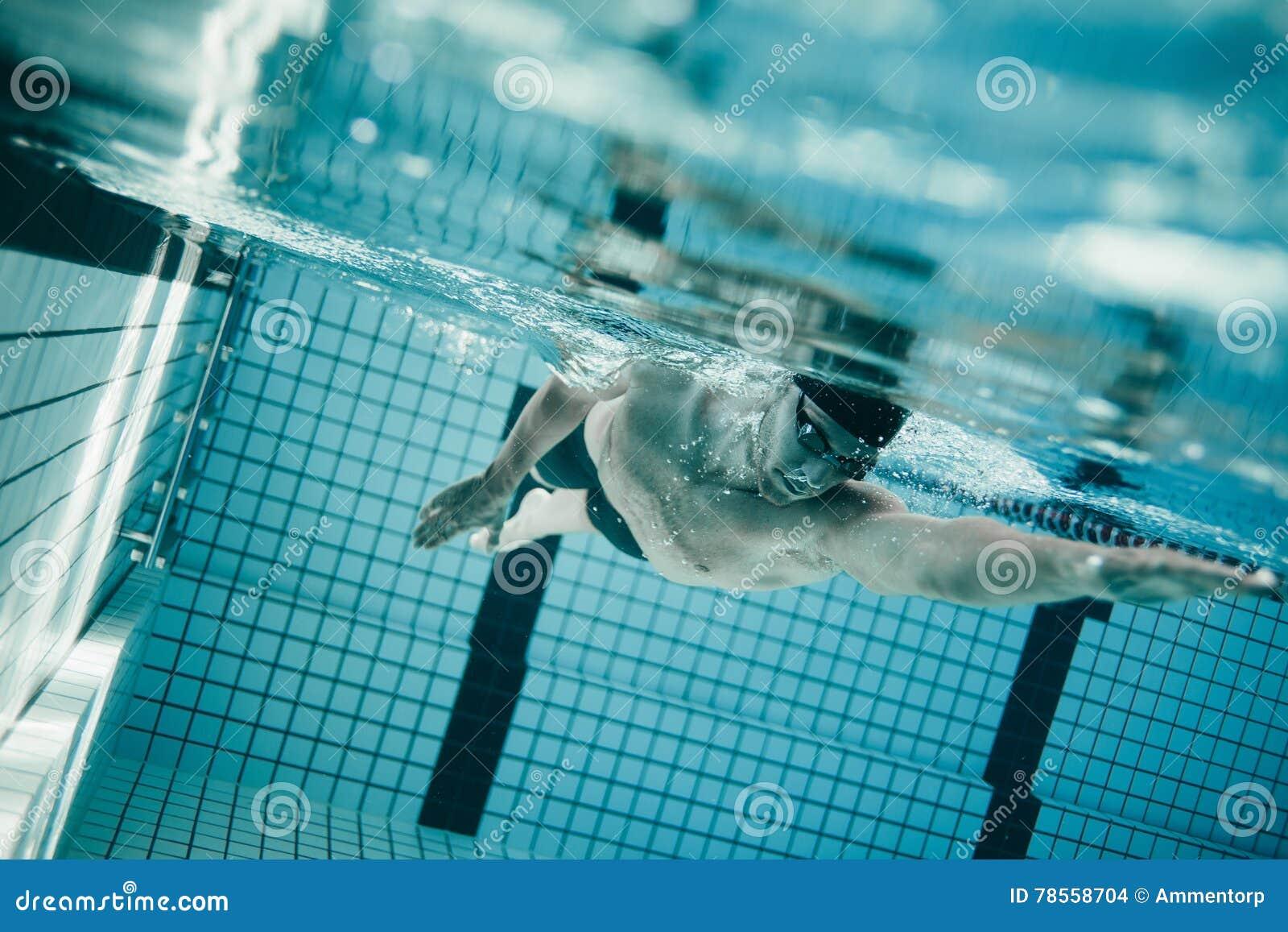 Yrkesmässig manlig simmare inom simbassäng