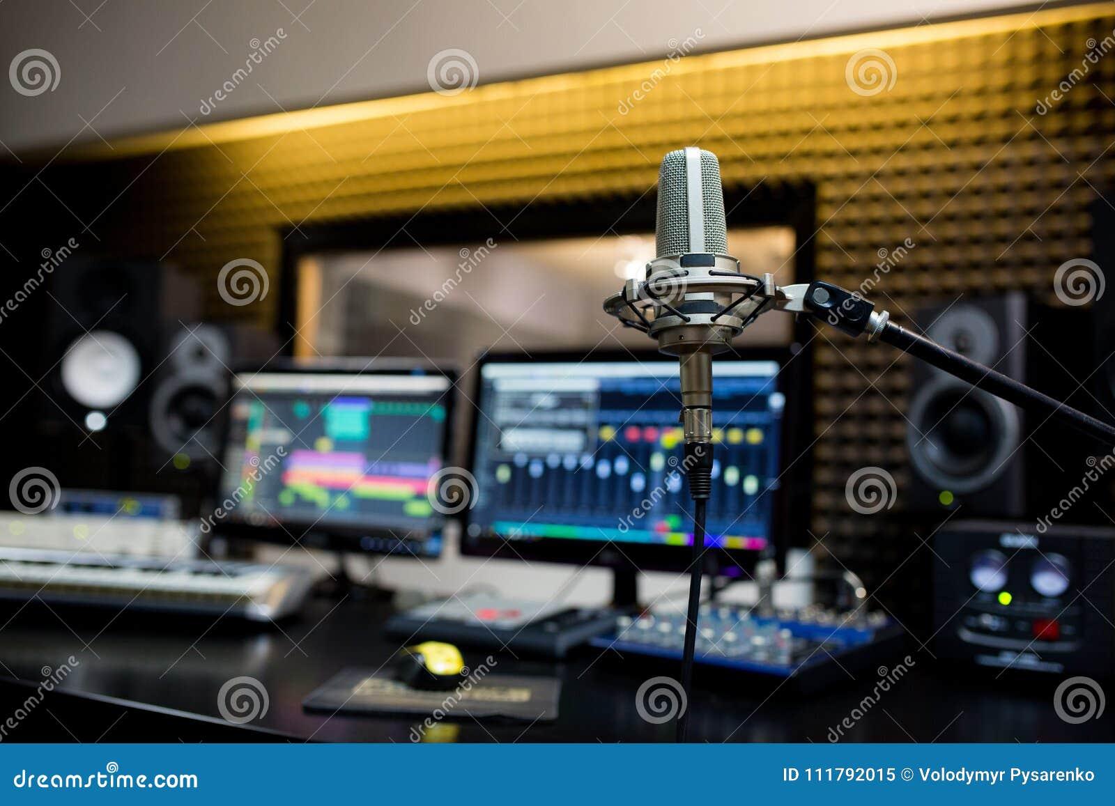 Yrkesmässig mikrofon i inspelningstudion