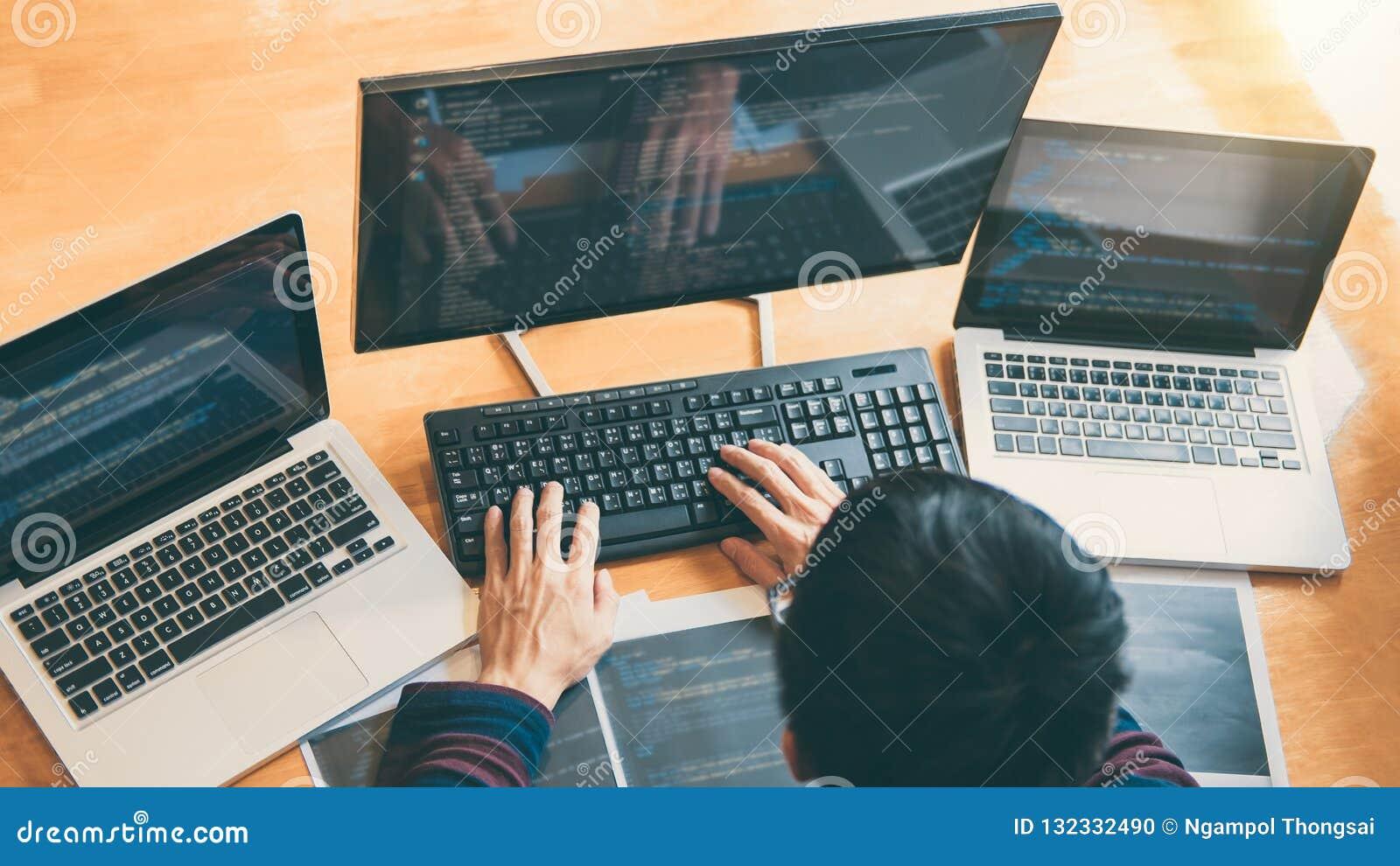 Yrkesmässig utvecklingsprogrammerare som arbetar, i att programmera websi