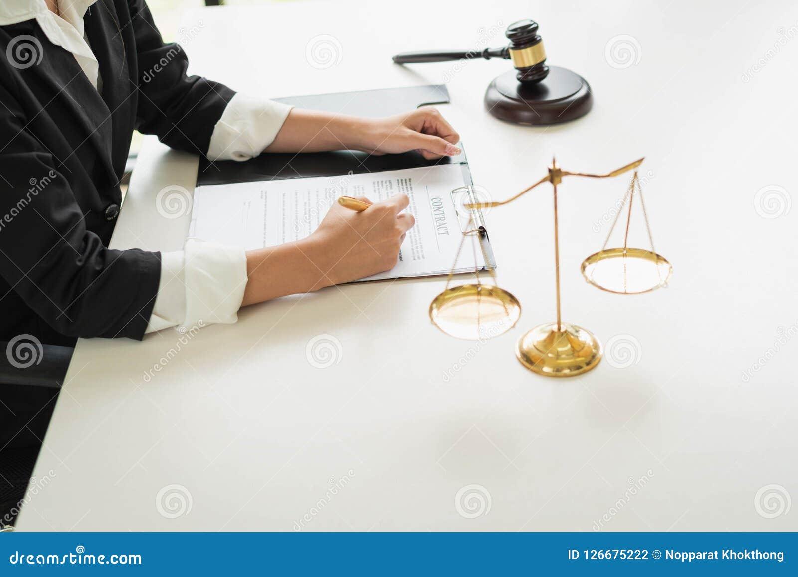 Yrkesmässiga kvinnliga advokater som arbetar på advokatbyråerna Domaren gav sig