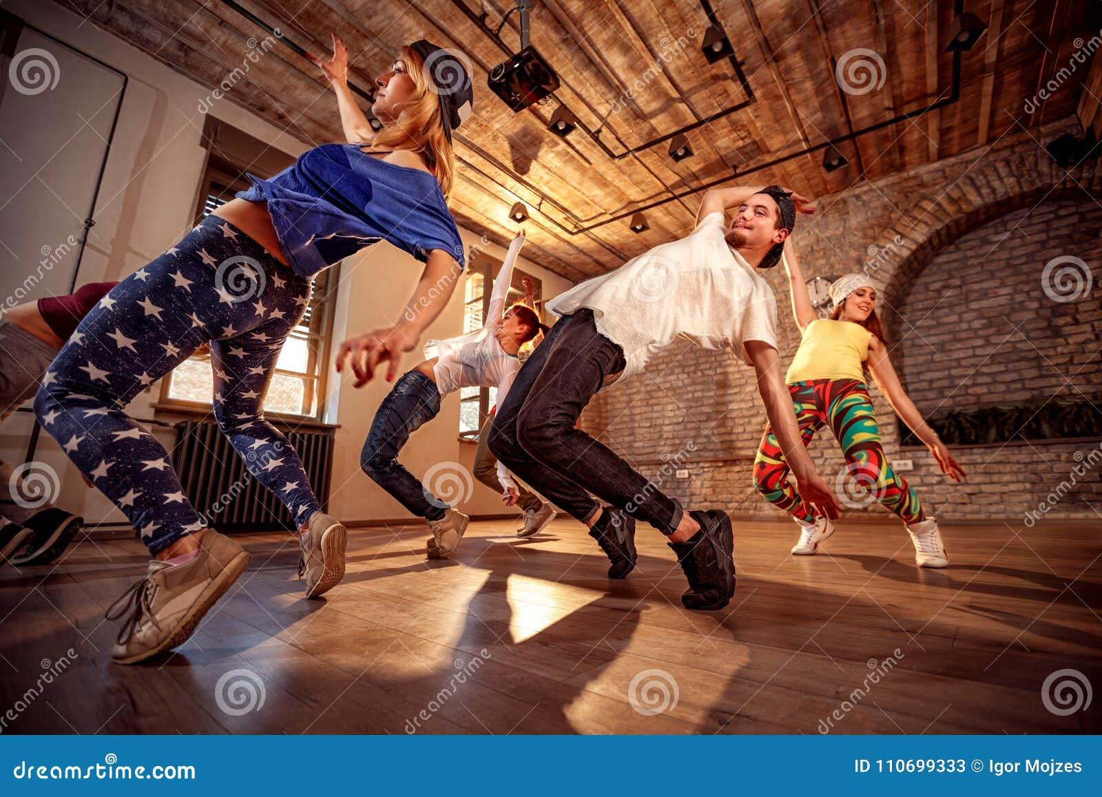 Yrkesmässigt folk som övar dansutbildning i studio