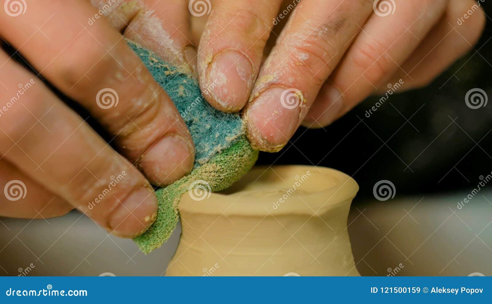 Yrkesmässigt forma för keramiker rånar med det speciala hjälpmedlet i krukmakeriseminarium