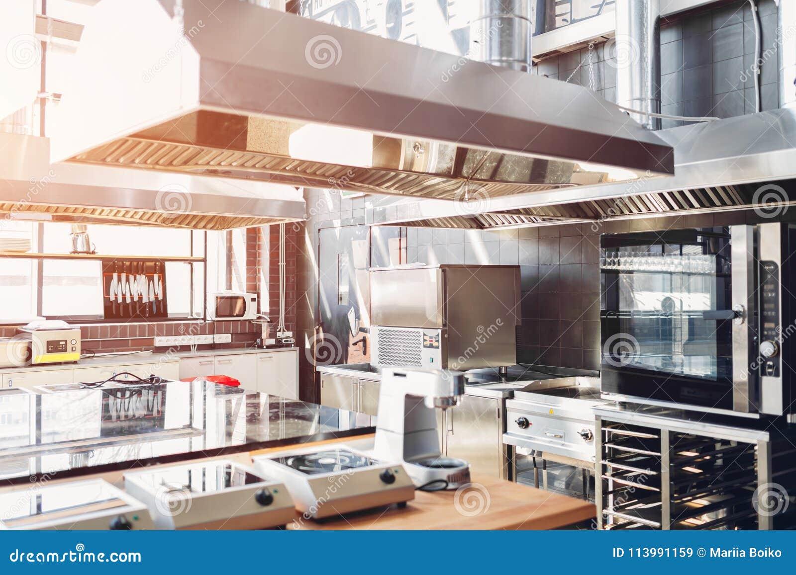 Yrkesmässigt kök av restaurangen Moderna utrustning och apparater Tomt kök i morgonen