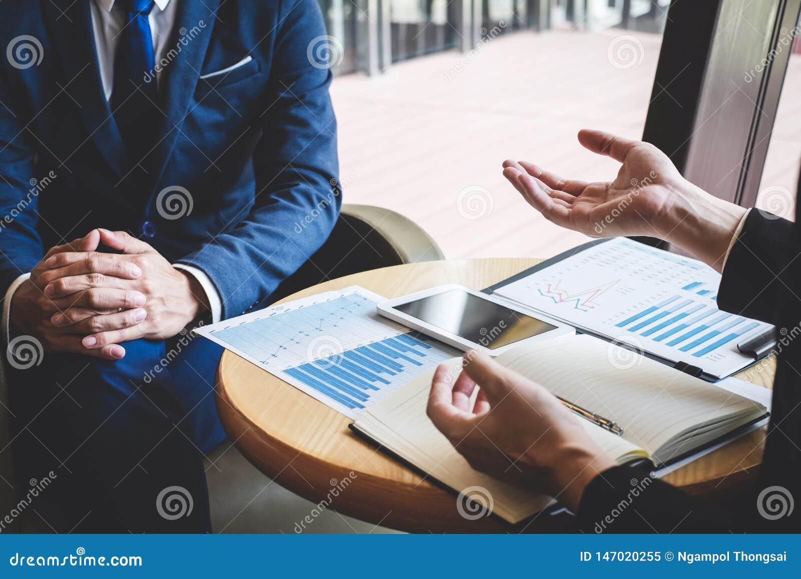 Yrkesm?ssigt aff?rspartnerlag som diskuterar p? m?te till arbete f?r presentationsplanl?ggningsinvesteringsobjekt som analyserar