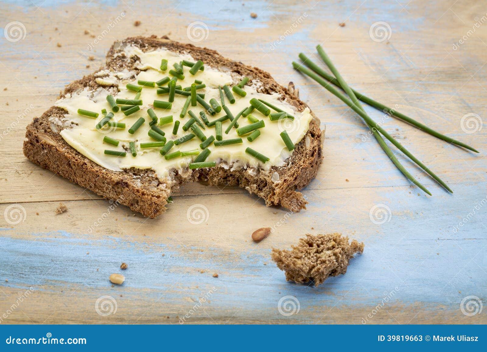 Żyto chleb z masłem i szczypiorkiem