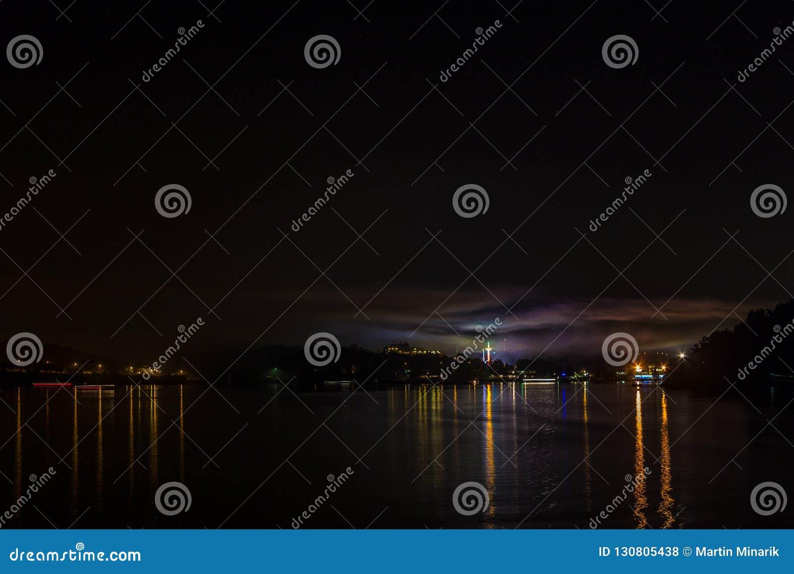 Yttersida av Brnos fördämning i natten, med ljusreflexion i vattnet