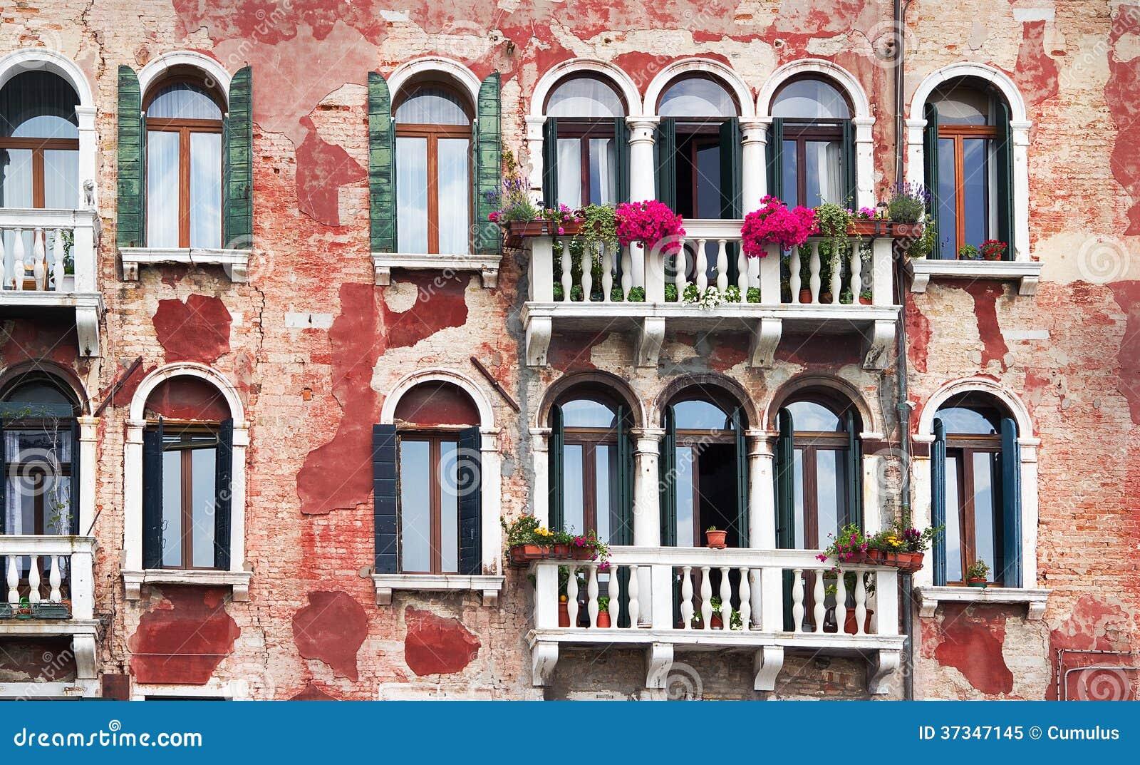 Yttersida av forntida byggnad i Venedig.