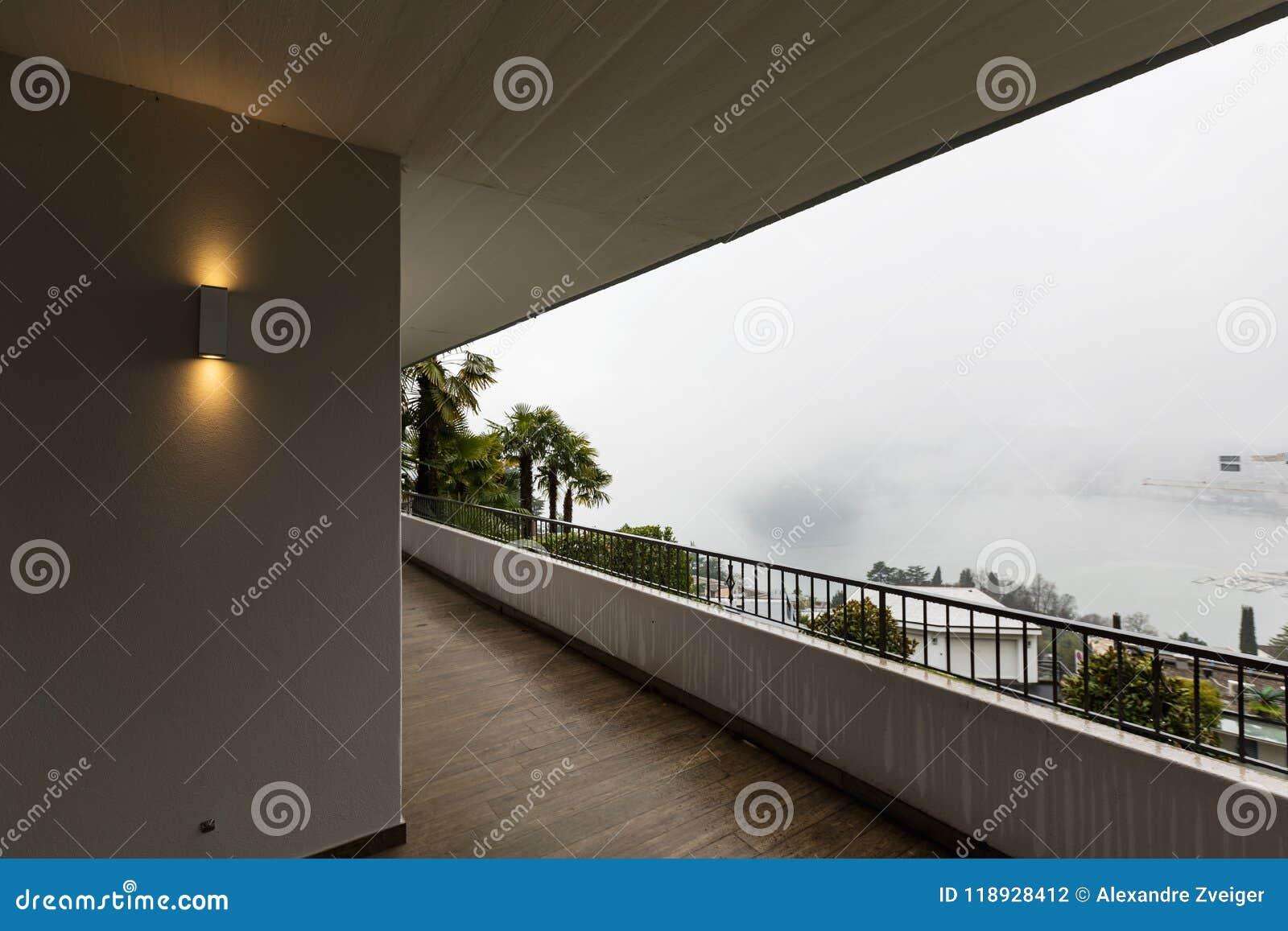 Yttersida av terrassen med inget omkring