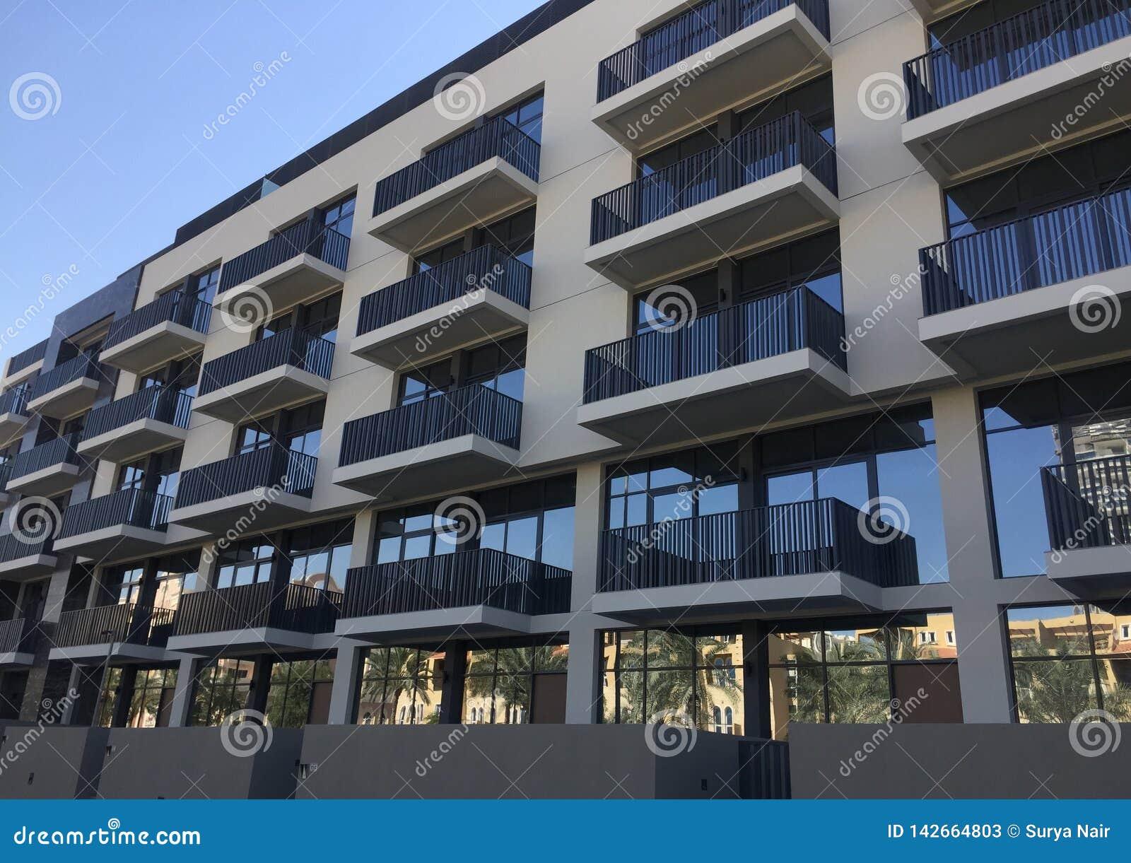 Yttre fasad av ett bostads- byggnadskomplex