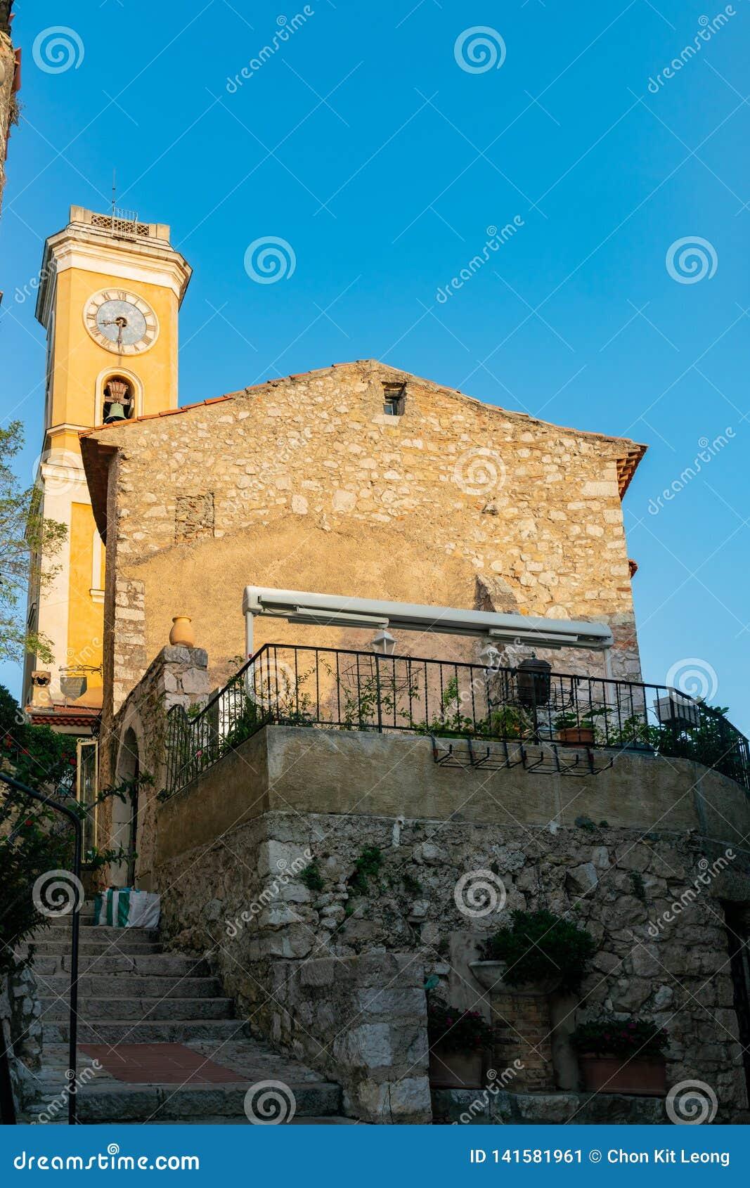 Yttre sikt av den historiska kyrkan av vår dam av antagandet av Eze