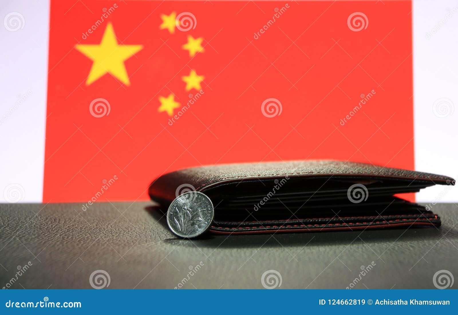 Yuan för kines en mynt på aversCNY på svart golv med den svarta plånboken och Kina sjunker bakgrund