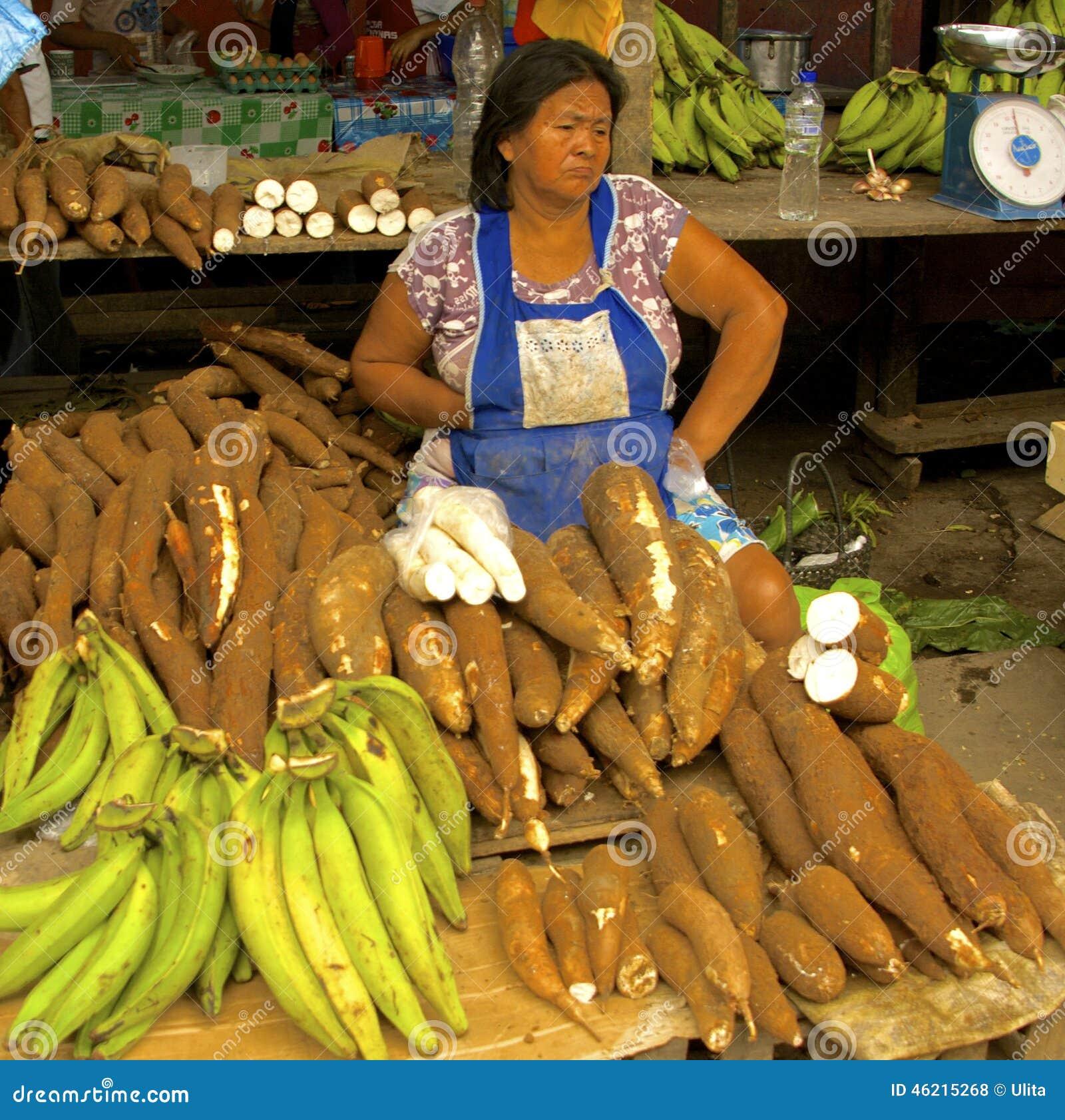 Yuca sprzedawca przy Belen rynkiem, Iquitos, Peru