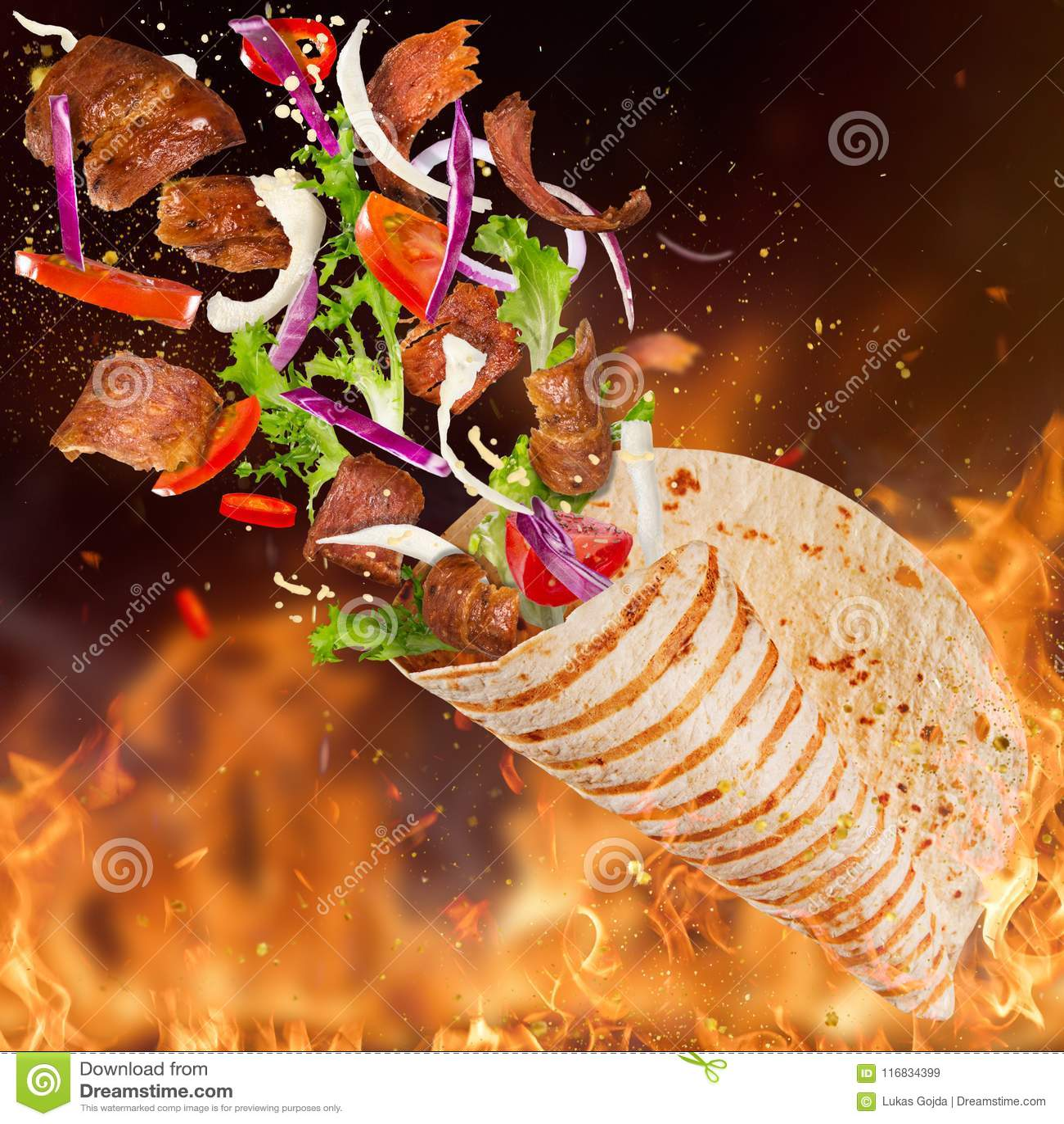 Yufka turco di kebab con gli ingredienti e le fiamme di volo