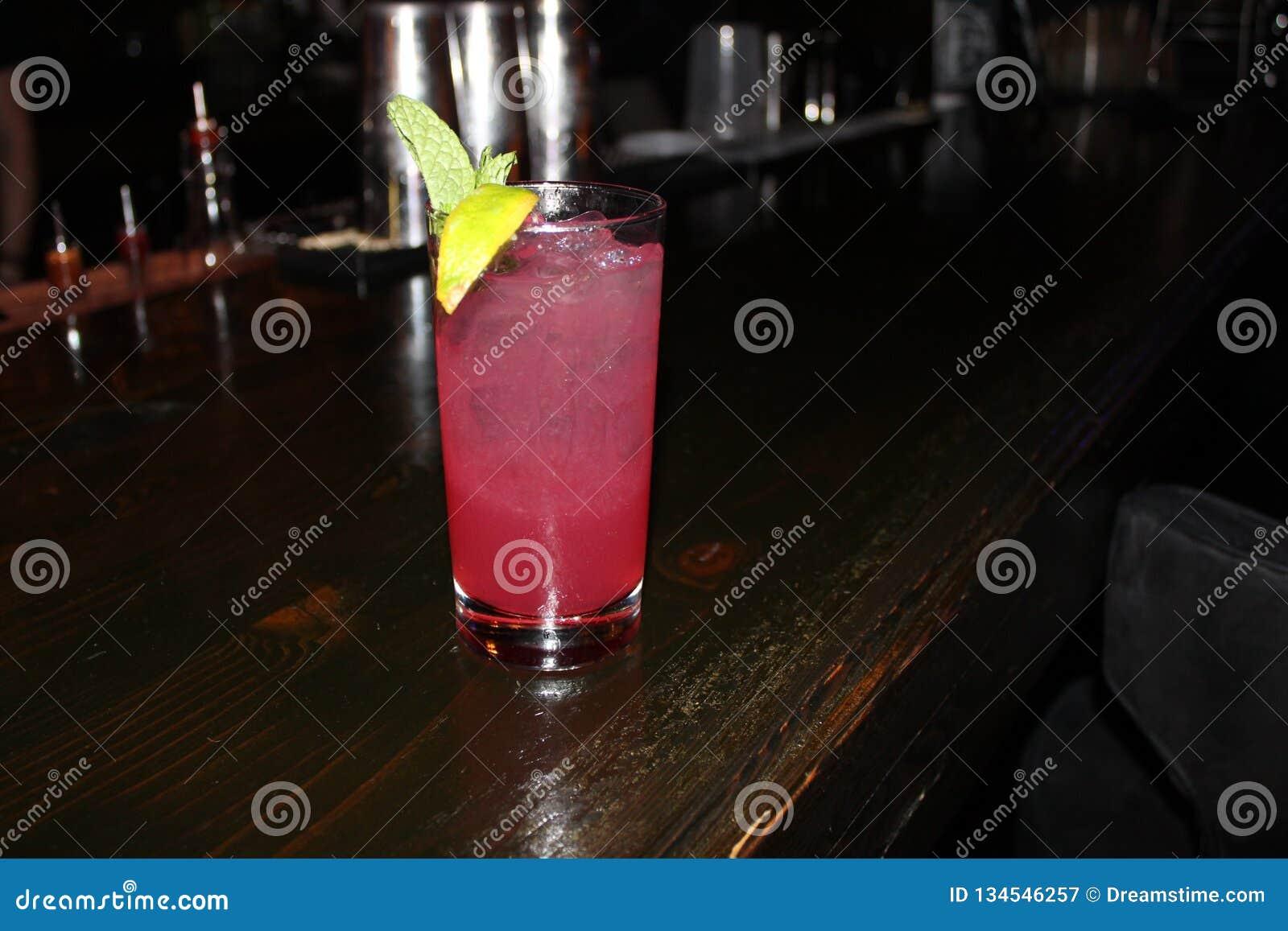 Yummy напиток на местном баре пикирования