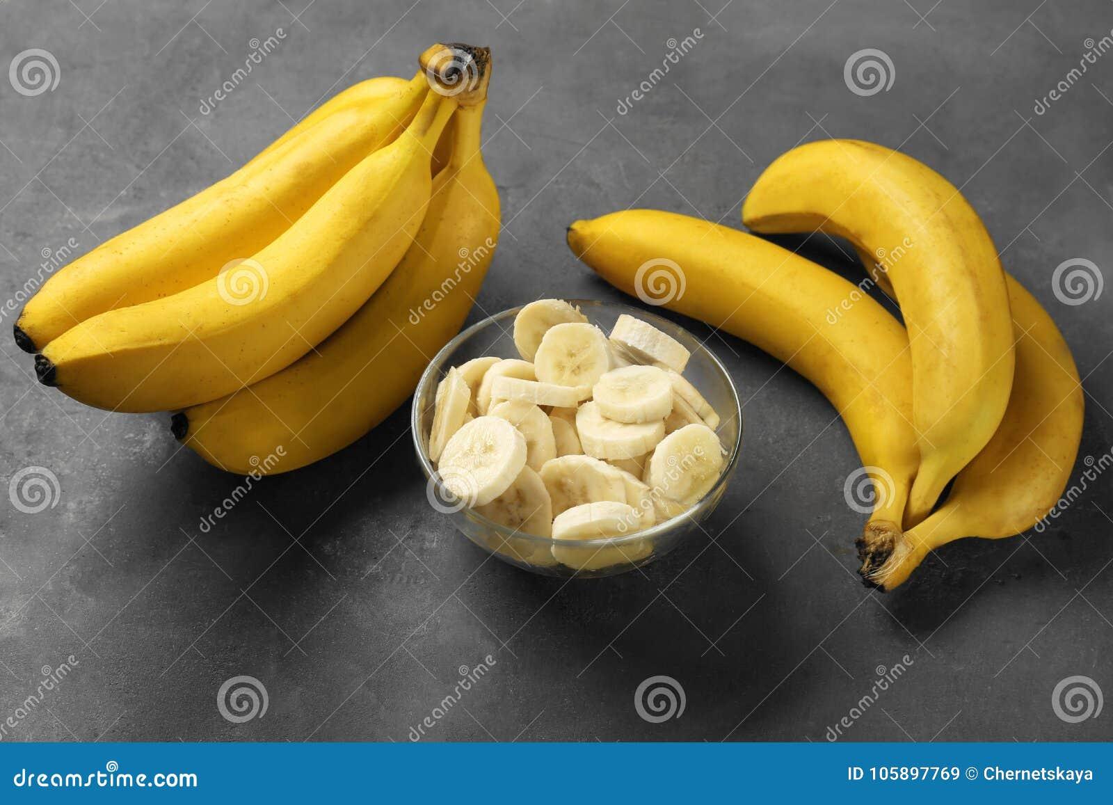 Yummy bananen en kom met plakken