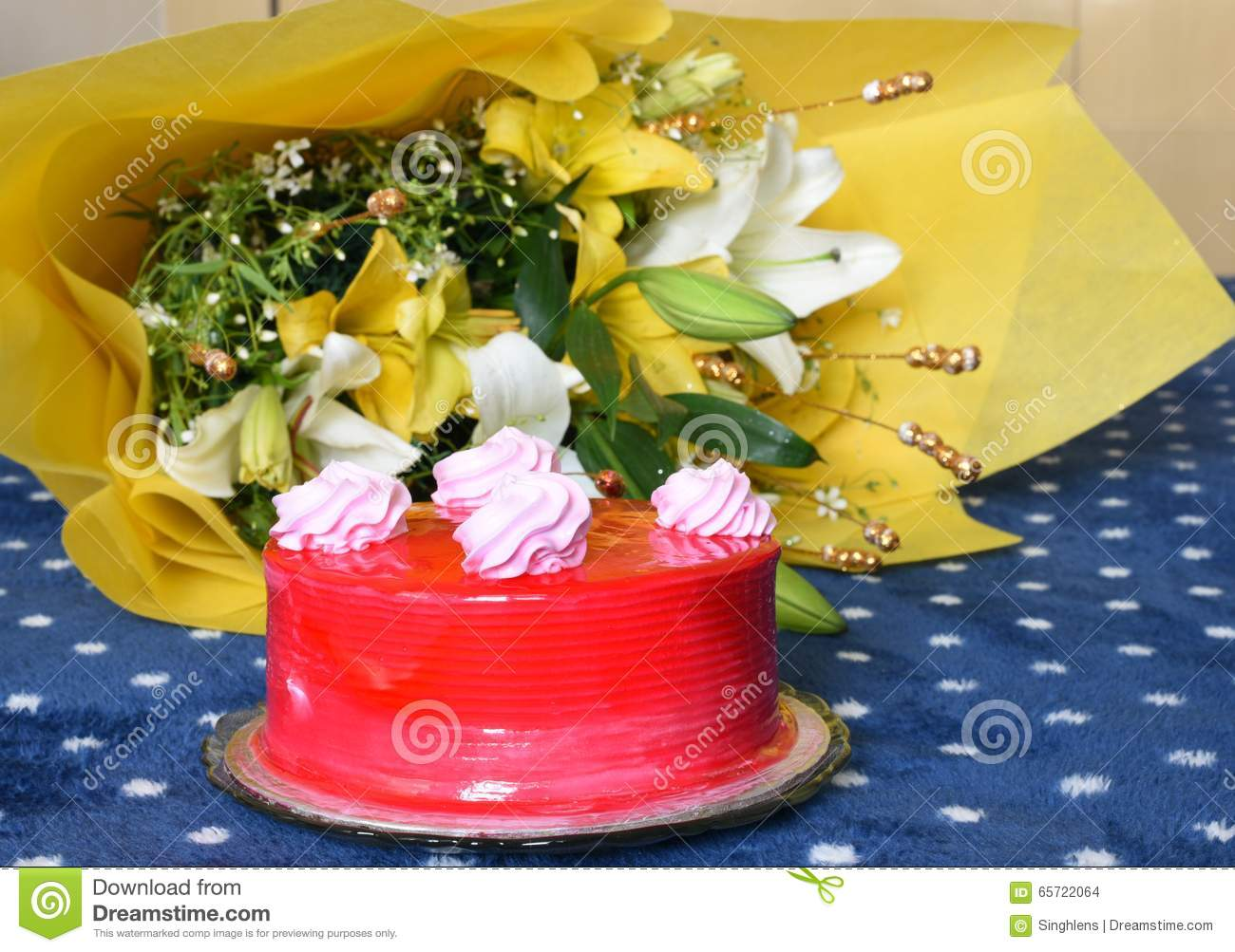 Yummy Strawberry Birthday Cakes With Lovely Wrapped Flower Bouquet