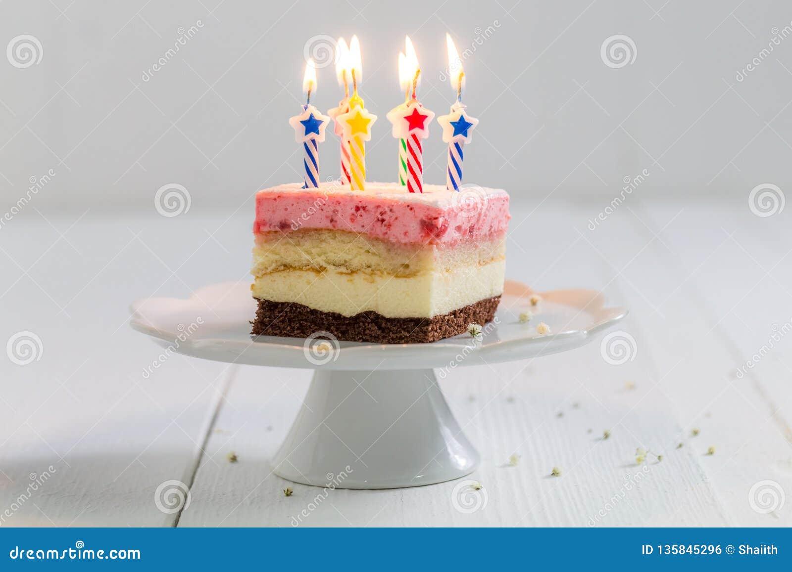 Yummy verjaardagscake met aardbei en brandende kaarsen