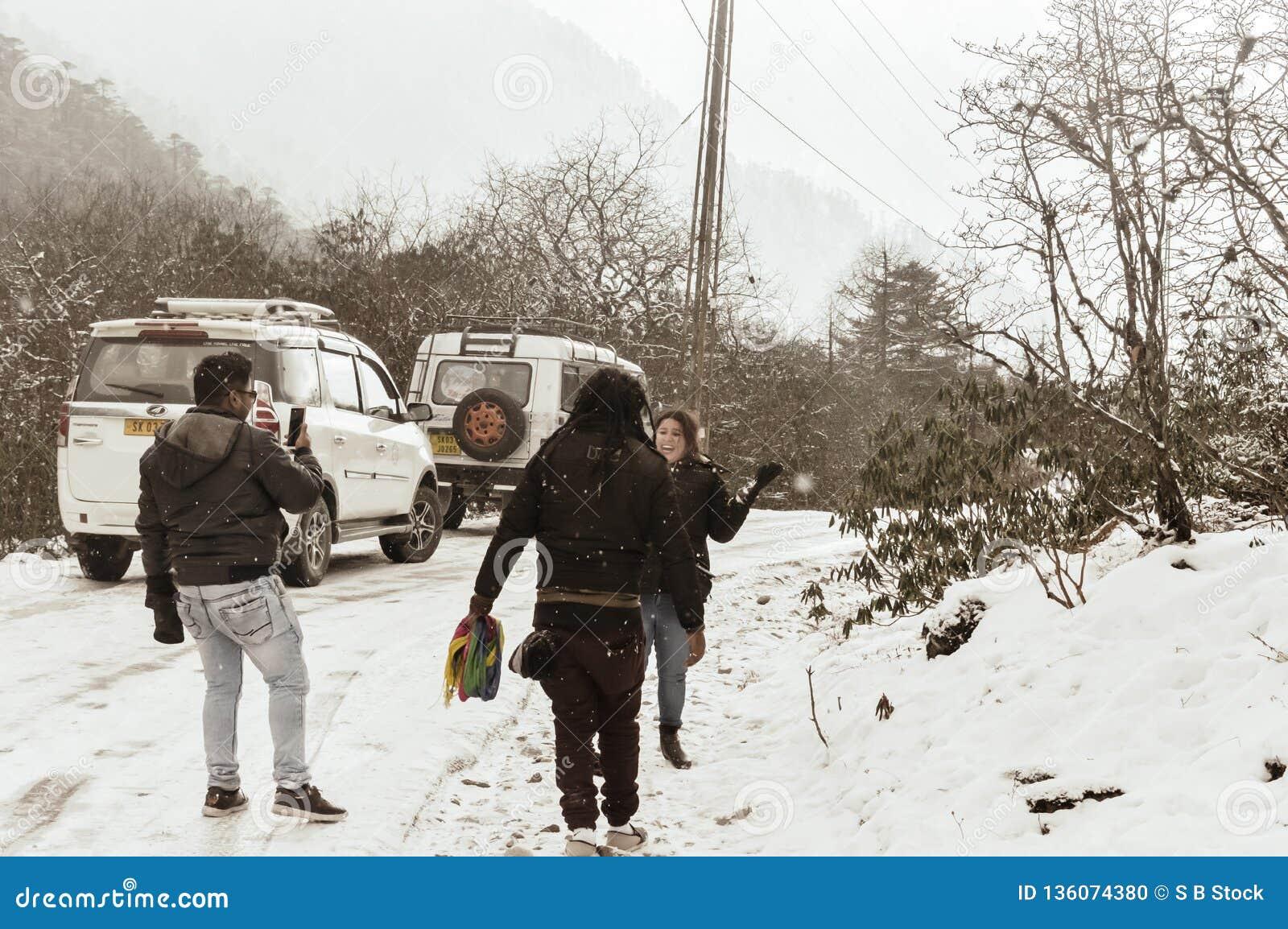 Yumthang dolina, Sikkim, India 1st 2019 Styczeń: Grupa turysta w zimie odziewa cieszyć się śnieg przy opad śniegu na dniu z ciężk