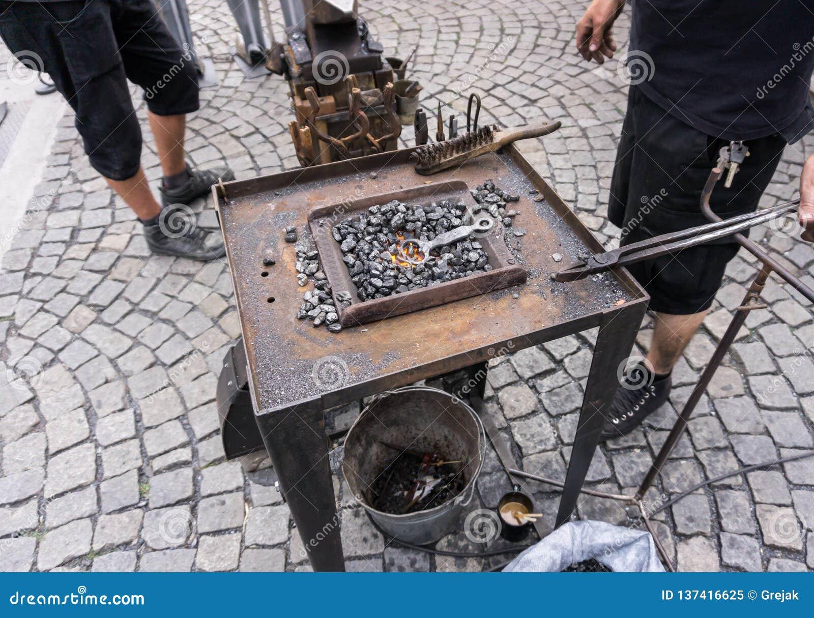 Yunque de la mano de los hummers herramientas del herrero todo en la fragua lista para forjar
