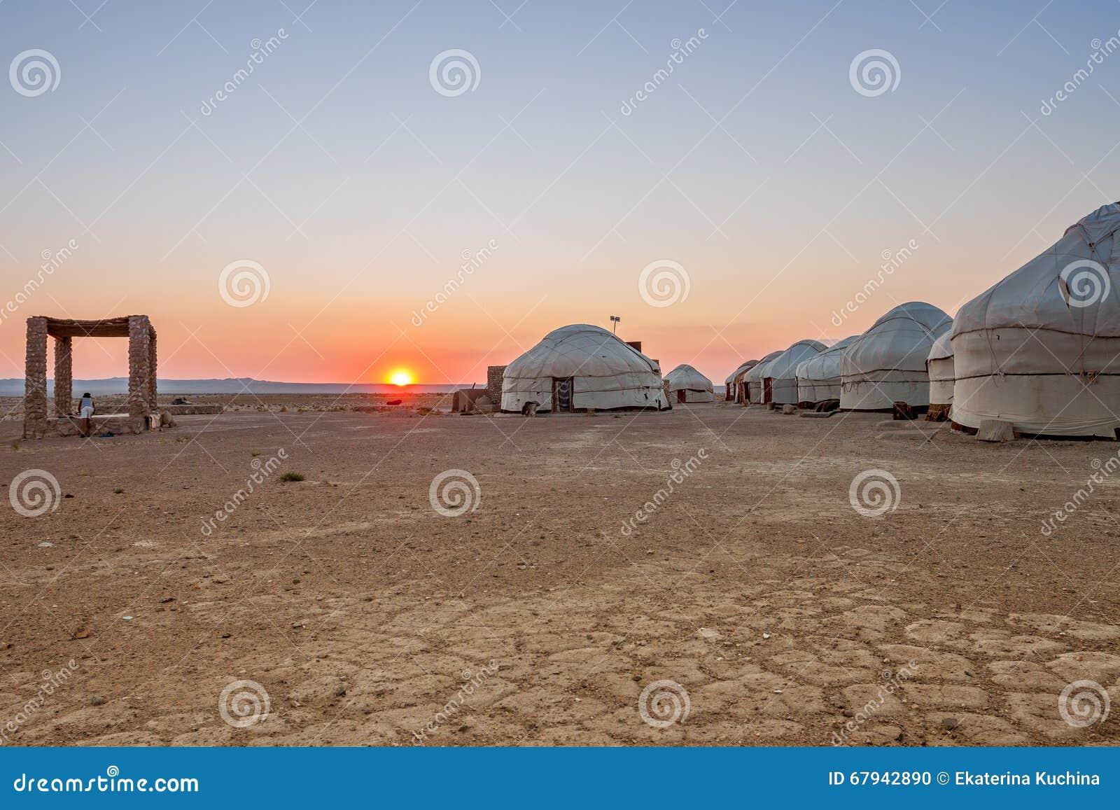Yurts在日落的沙漠 乌兹别克斯坦