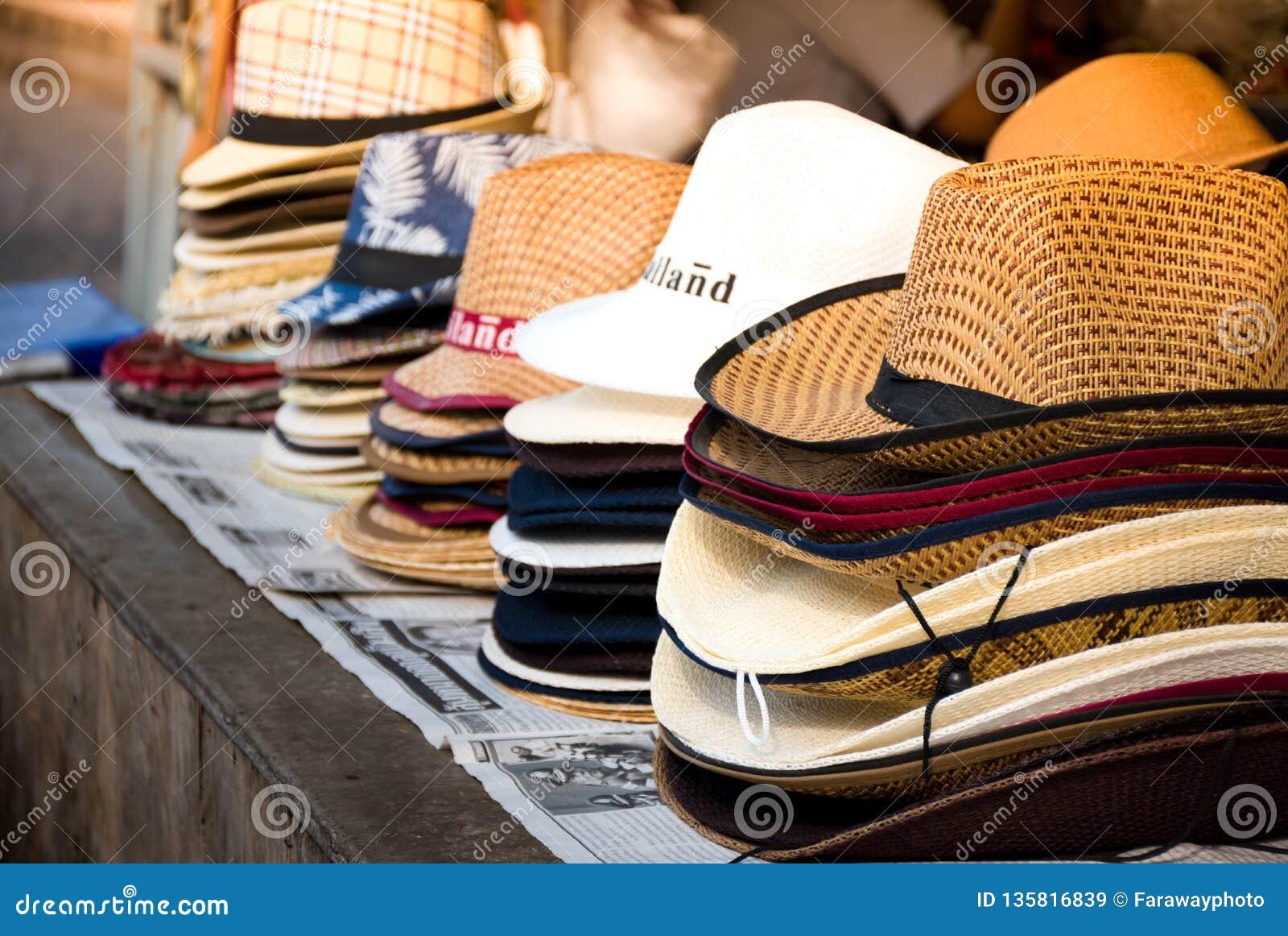 Zähler mit den verschiedenen Hüten, die verkauft werden