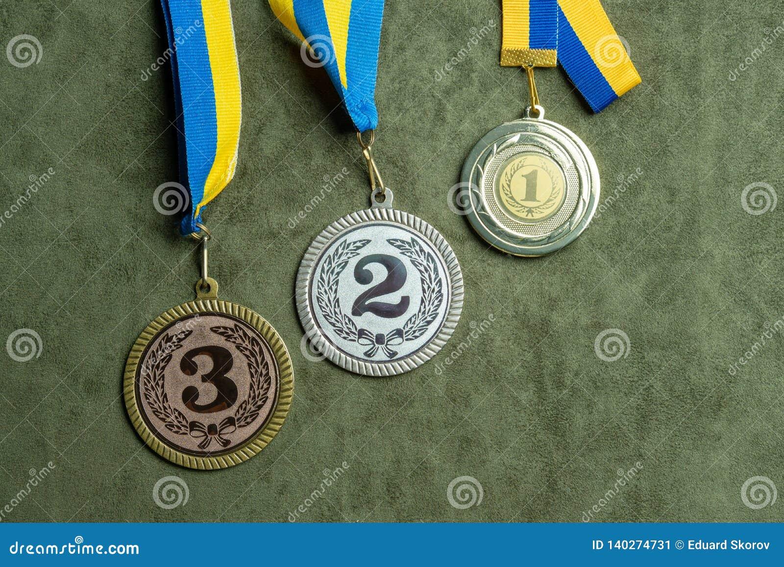 Złoto, srebro lub brązowy medal z faborkami, żółtymi i błękitnymi