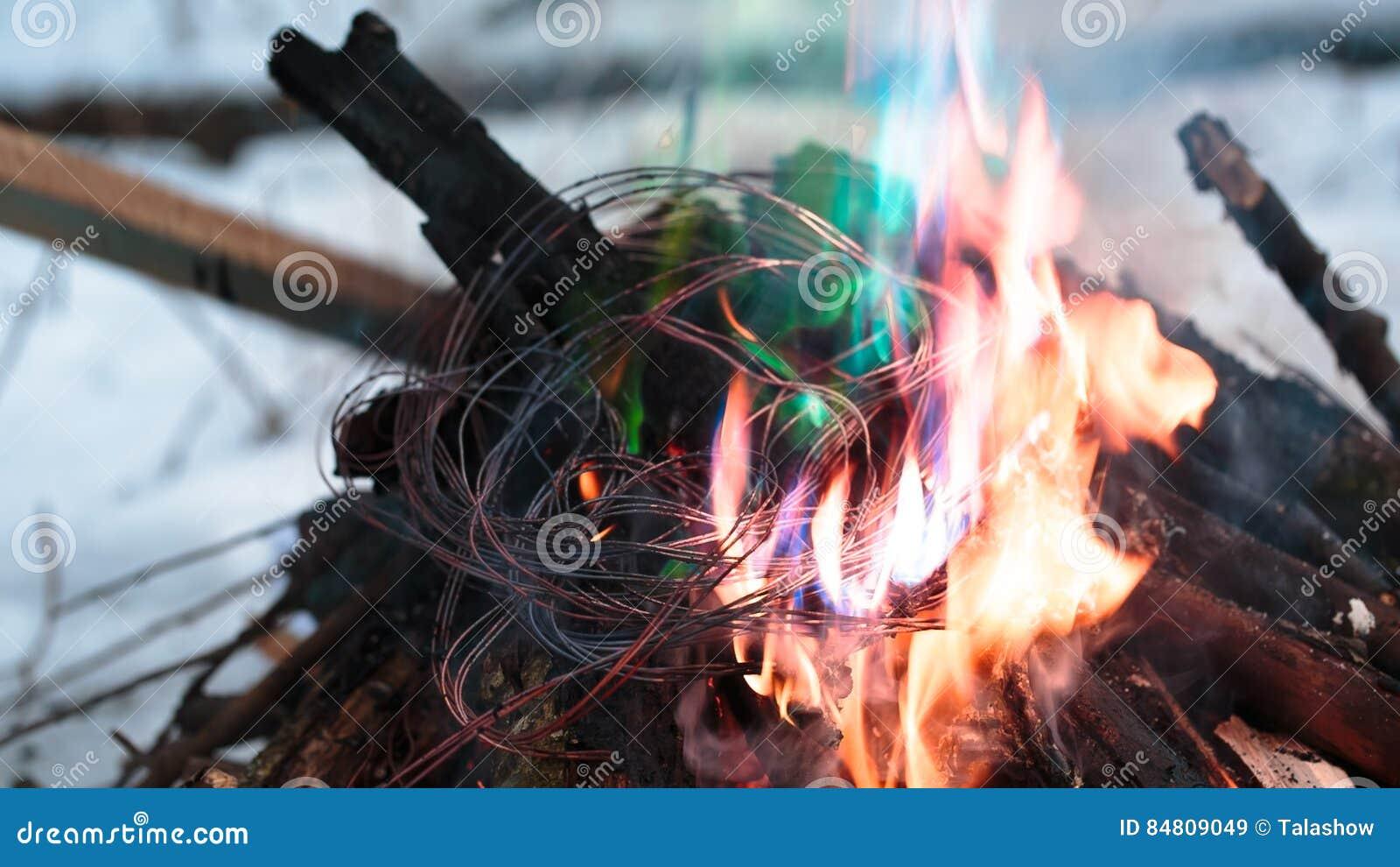 Zündungsdraht im Feuer stockbild. Bild von isolierung - 84809049