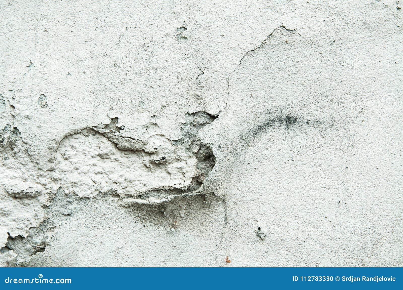 Zła podstawy baza na starym domu lub budynek pękająca tynk fasady ściana z ceglanym tłem
