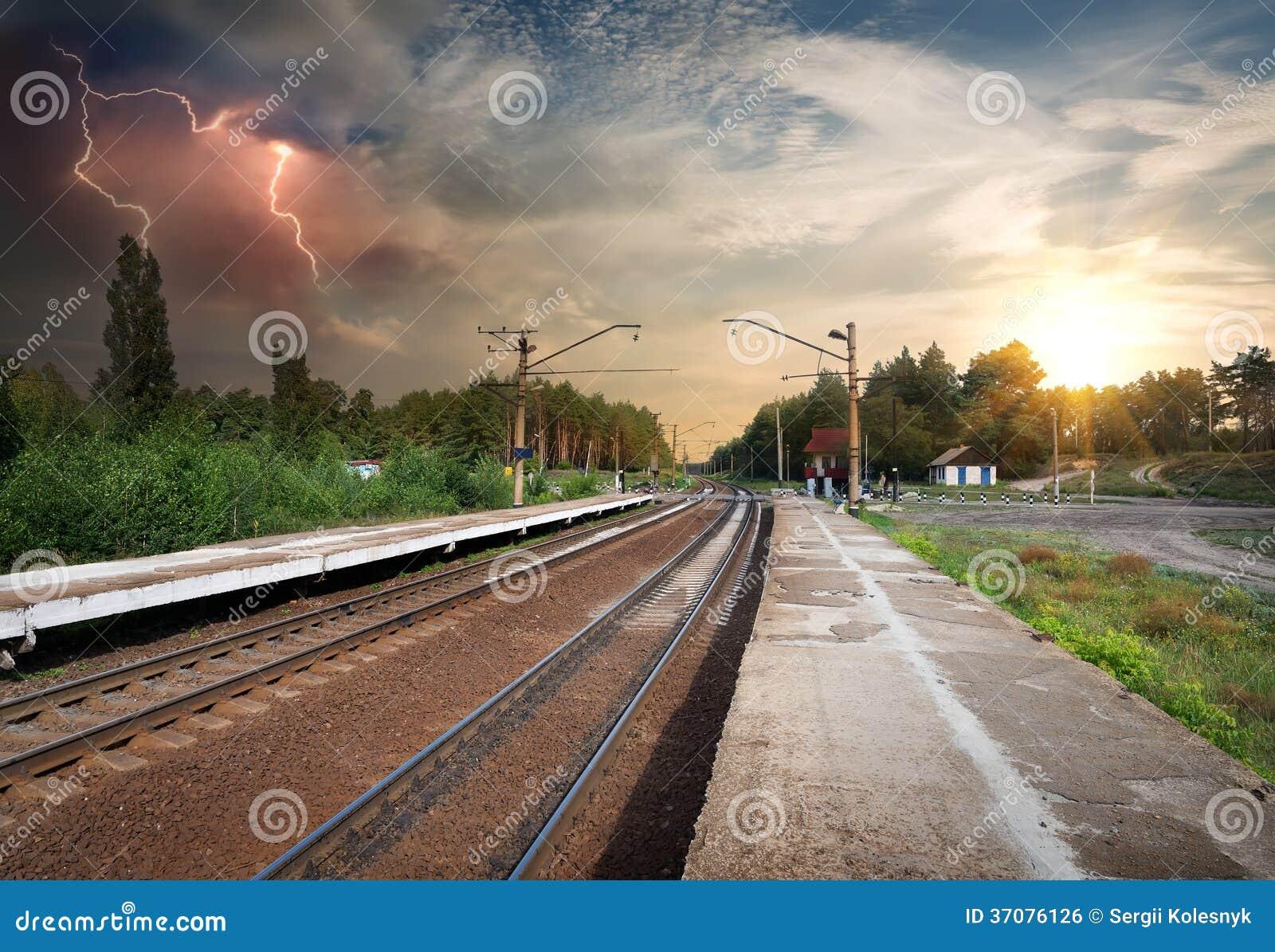 Download Zła Pogoda Nad Linią Kolejową Zdjęcie Stock - Obraz złożonej z plenerowy, fantazja: 37076126