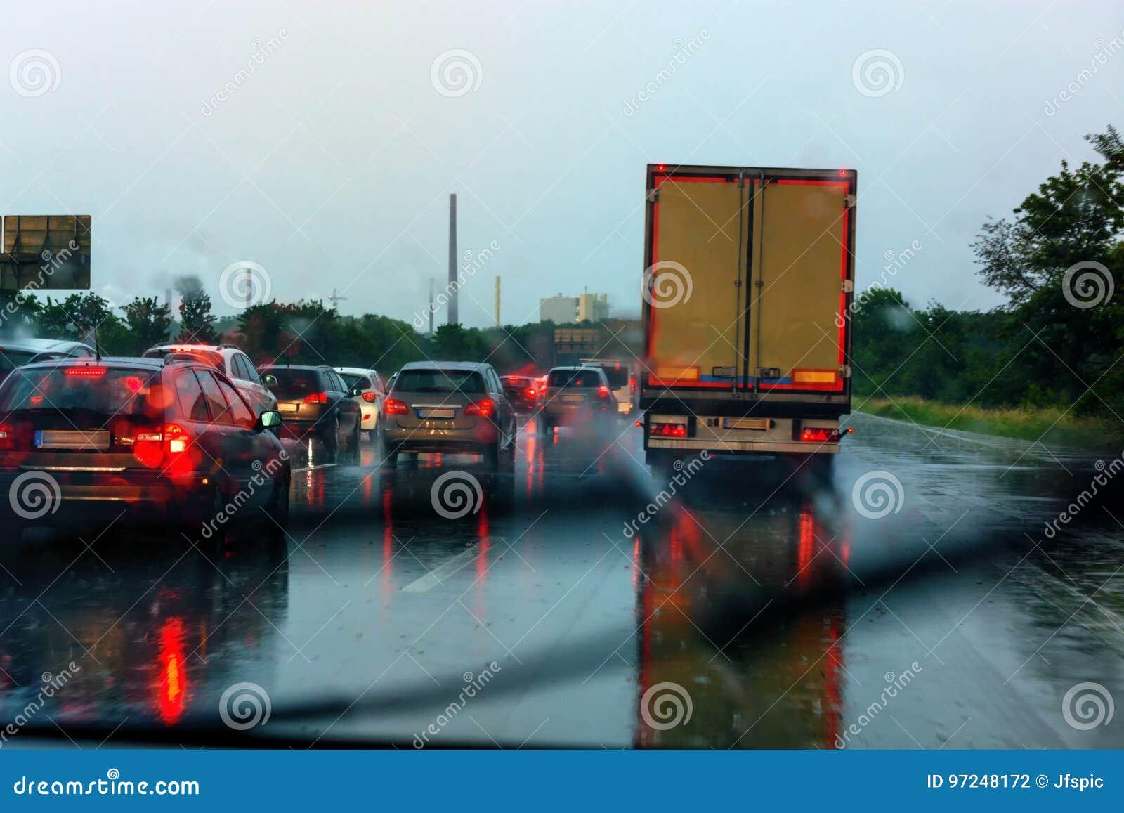 Złe warunki pogodowe na autostradzie