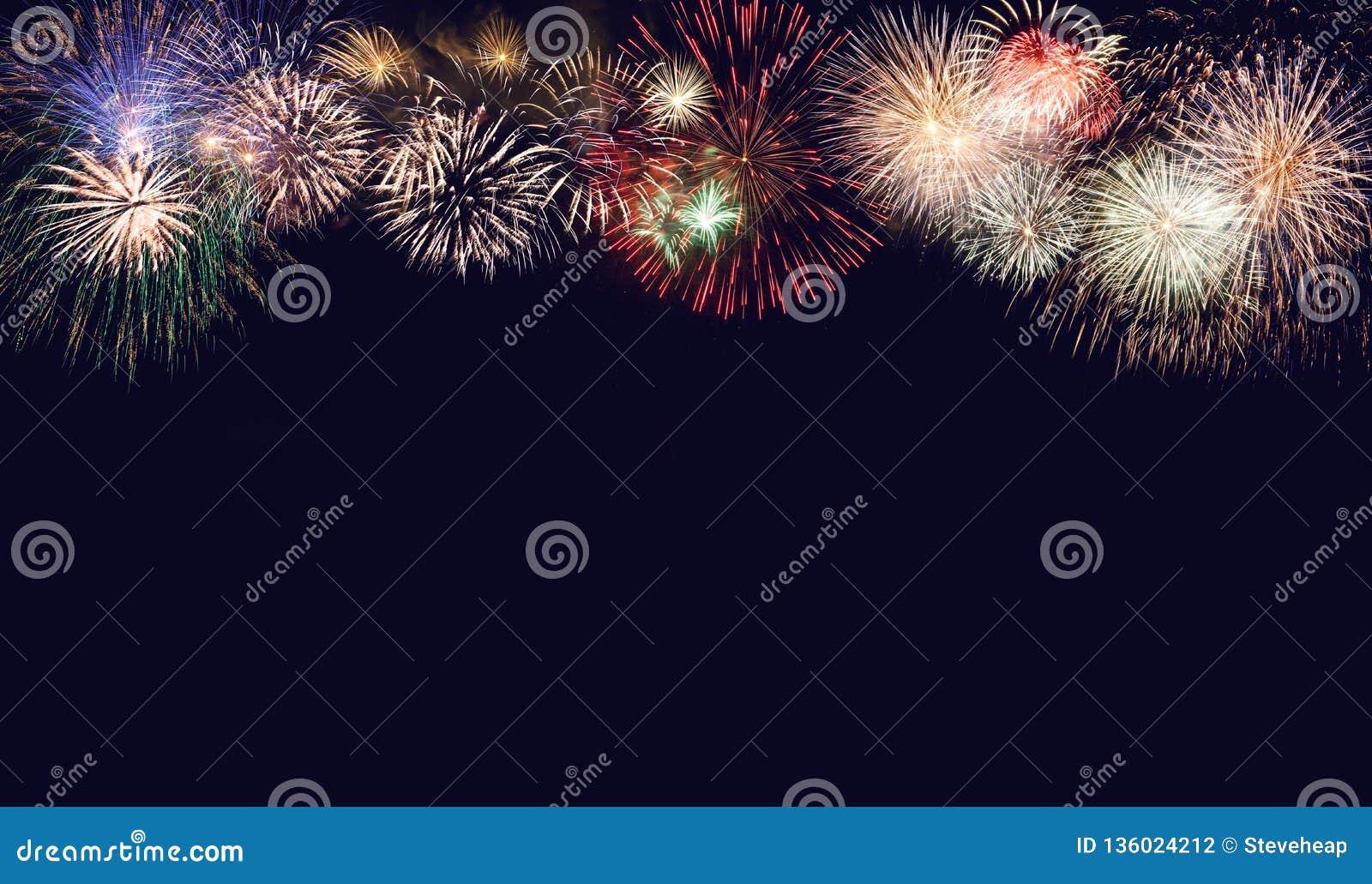 Złożony fajerwerki dla nowego roku dla wakacyjnego tła