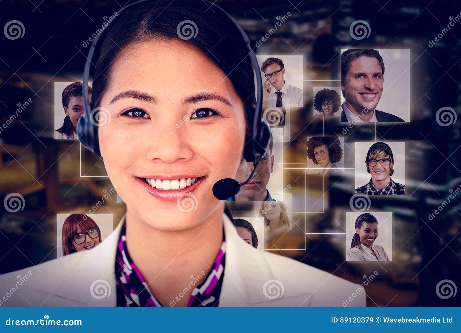 Złożony wizerunek atrakcyjny żeński inżynier ono uśmiecha się przy kamerą