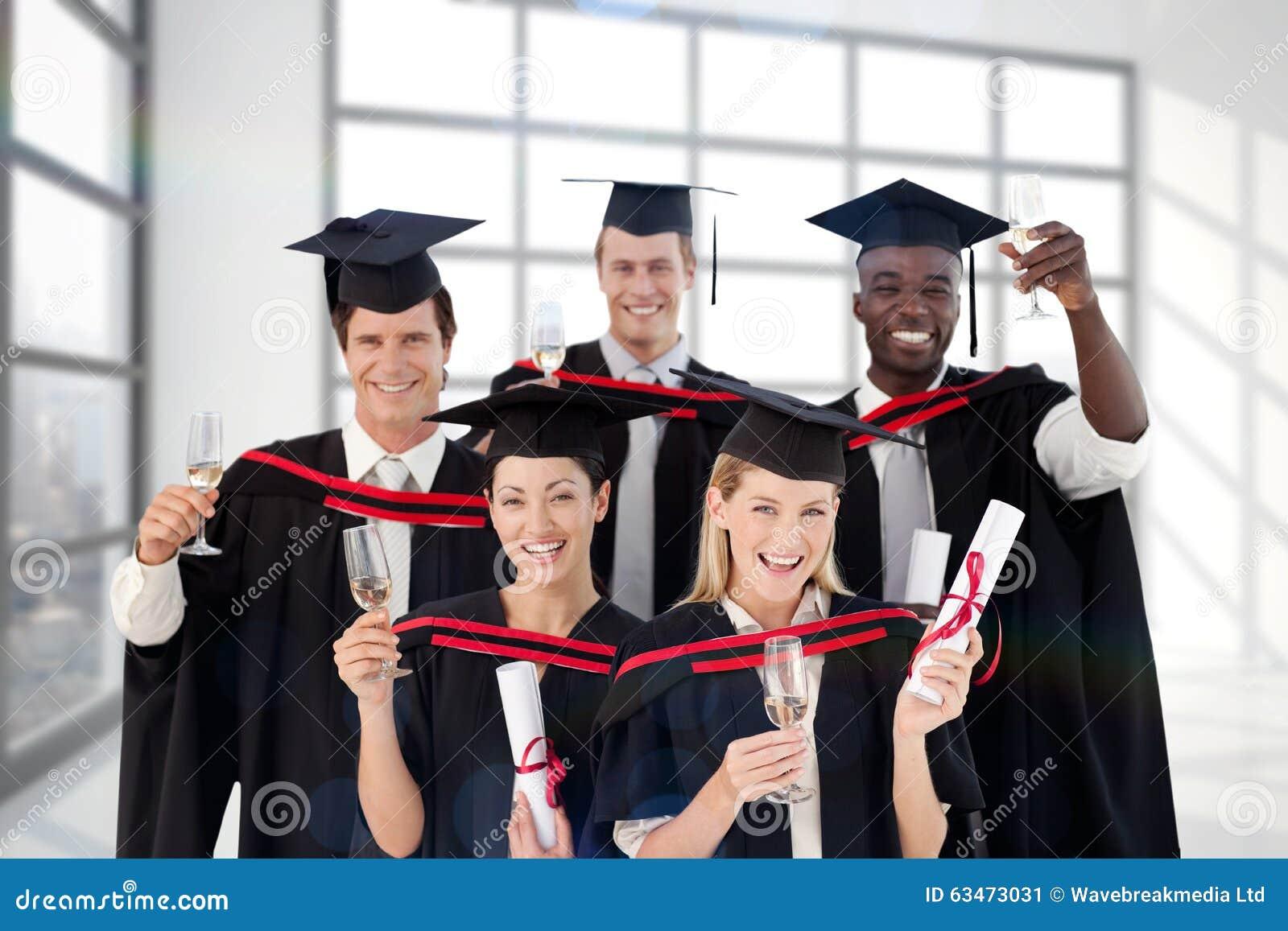 Złożony wizerunek kończy studia od szkoły wyższa grupa ludzi