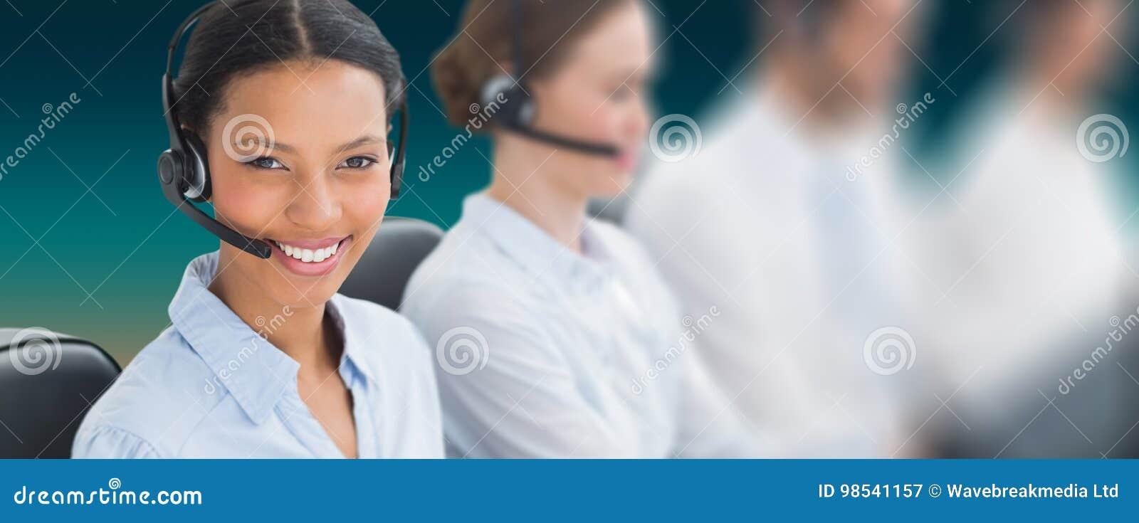 Złożony wizerunek ludzie biznesu z słuchawkami używać komputer