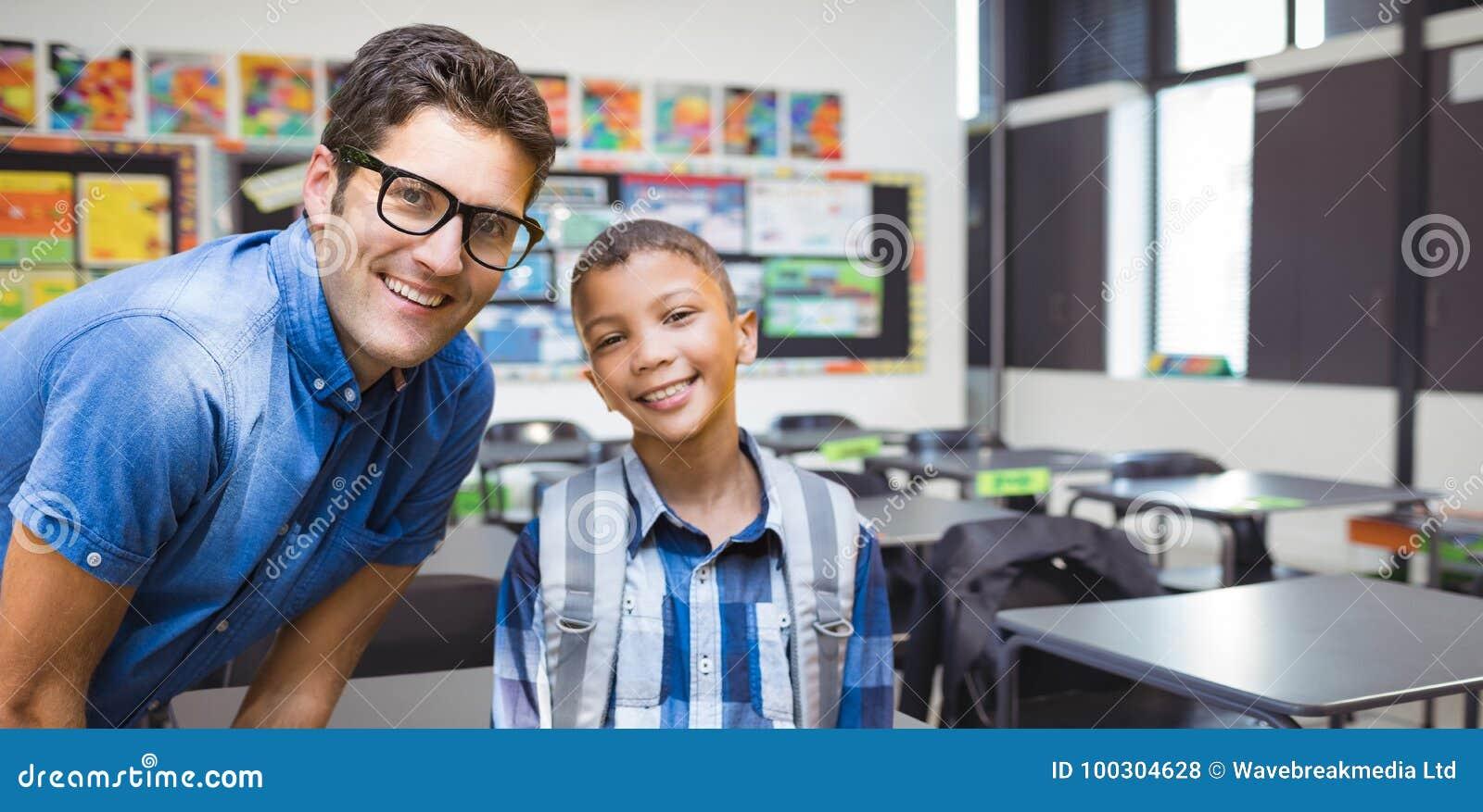Złożony wizerunek portret uśmiechnięty męski nauczyciel z uczniem